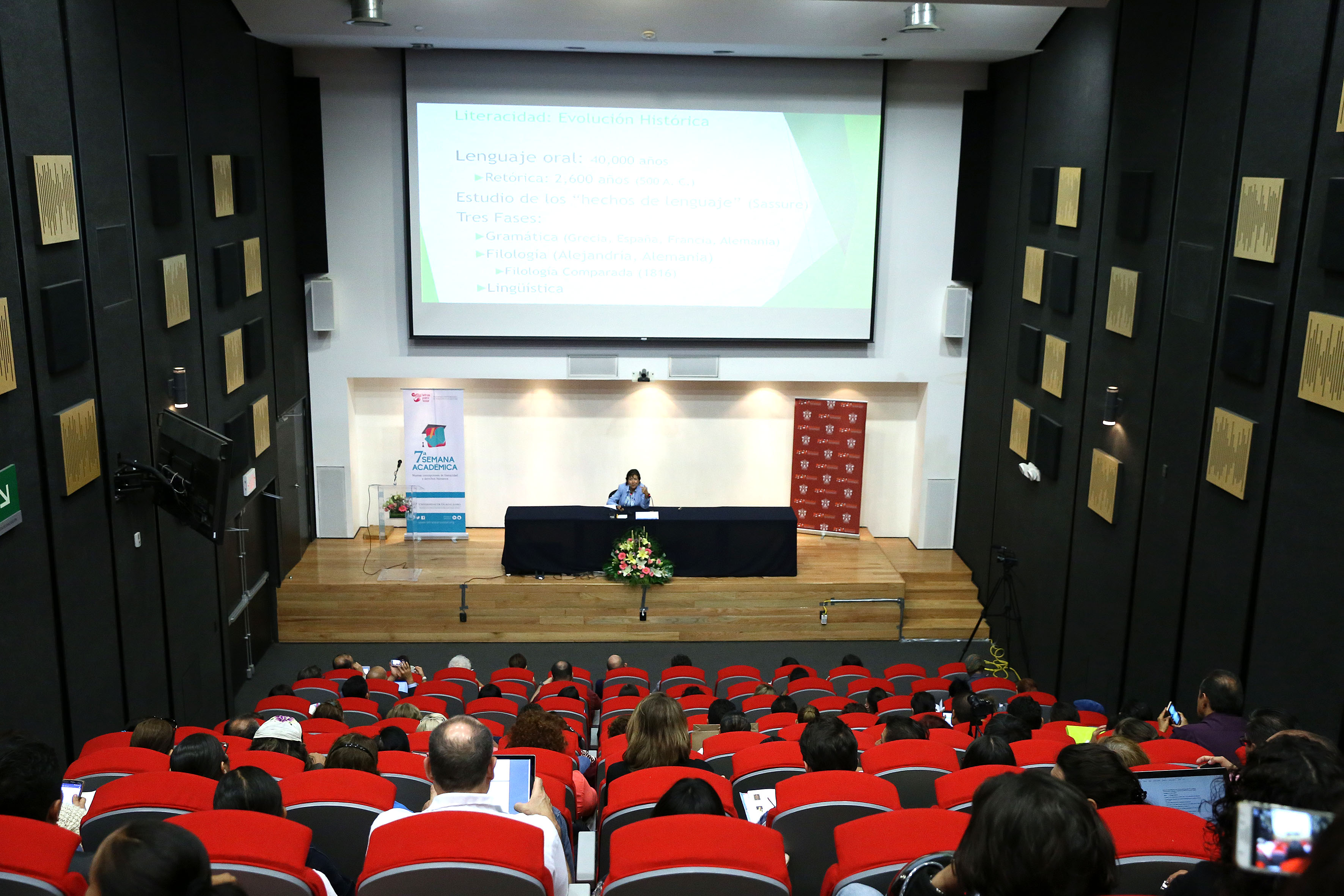 """Dra. Yolanda Gayol, académica de la Fielding Graduate University, durante la conferencia """"Nuevos conceptos de literacidad y sus implicaciones en el desarrollo económico y social de los países"""""""