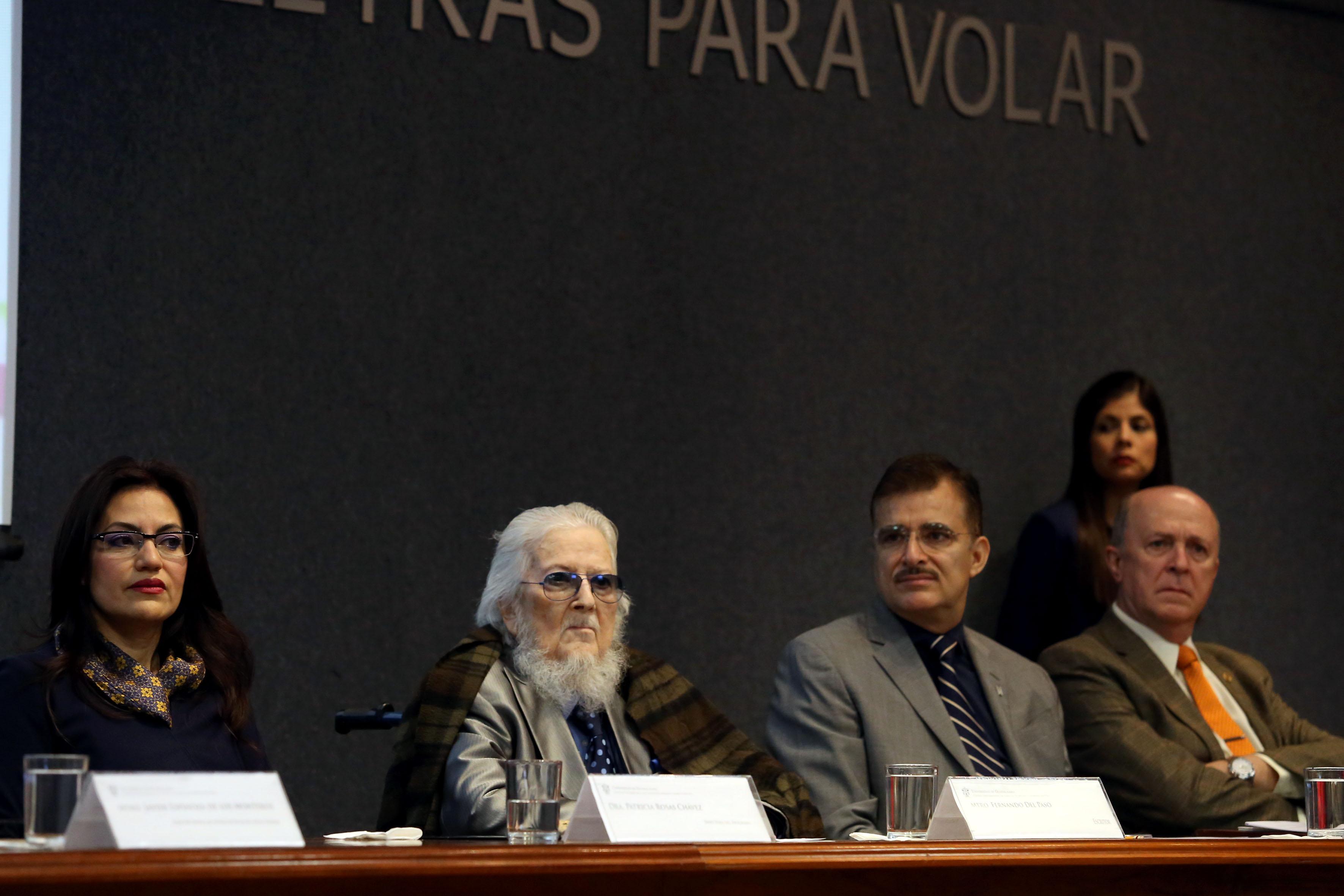 El escritor Fernándo del Paso y máximas autoridades universitarias de la UdeG, como panelistas en el séptimo informe de actividades del programa de promoción de la lectura de la UdeG, 2016-2017.