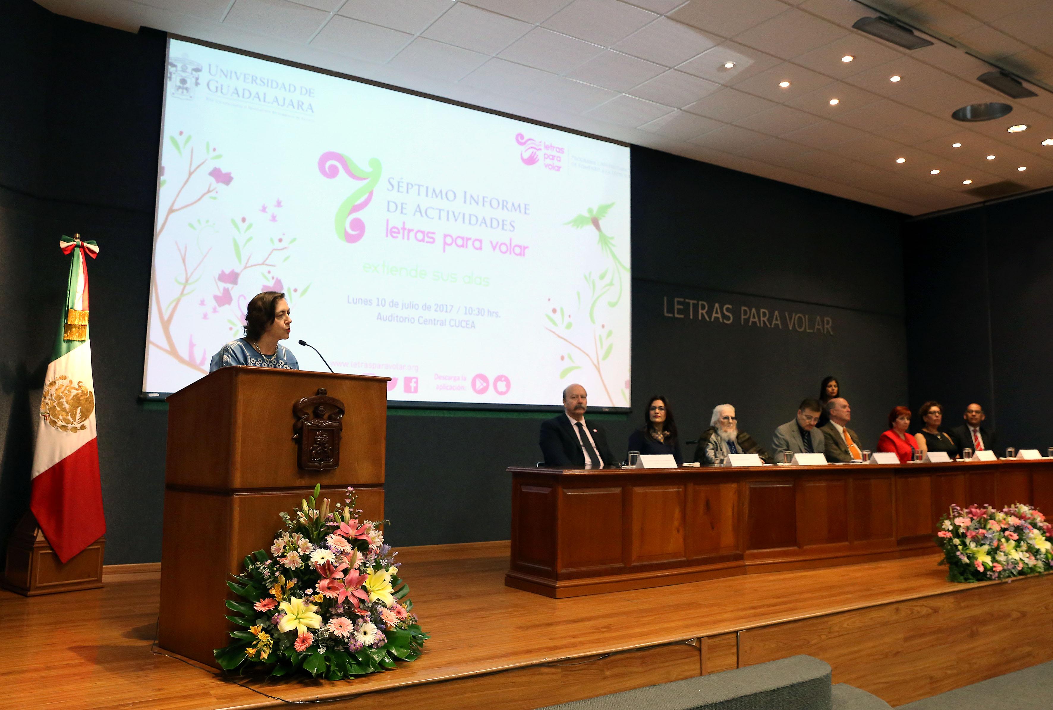La poeta Carmen Villoro, en podium del evento haciendo uso de la palabra.