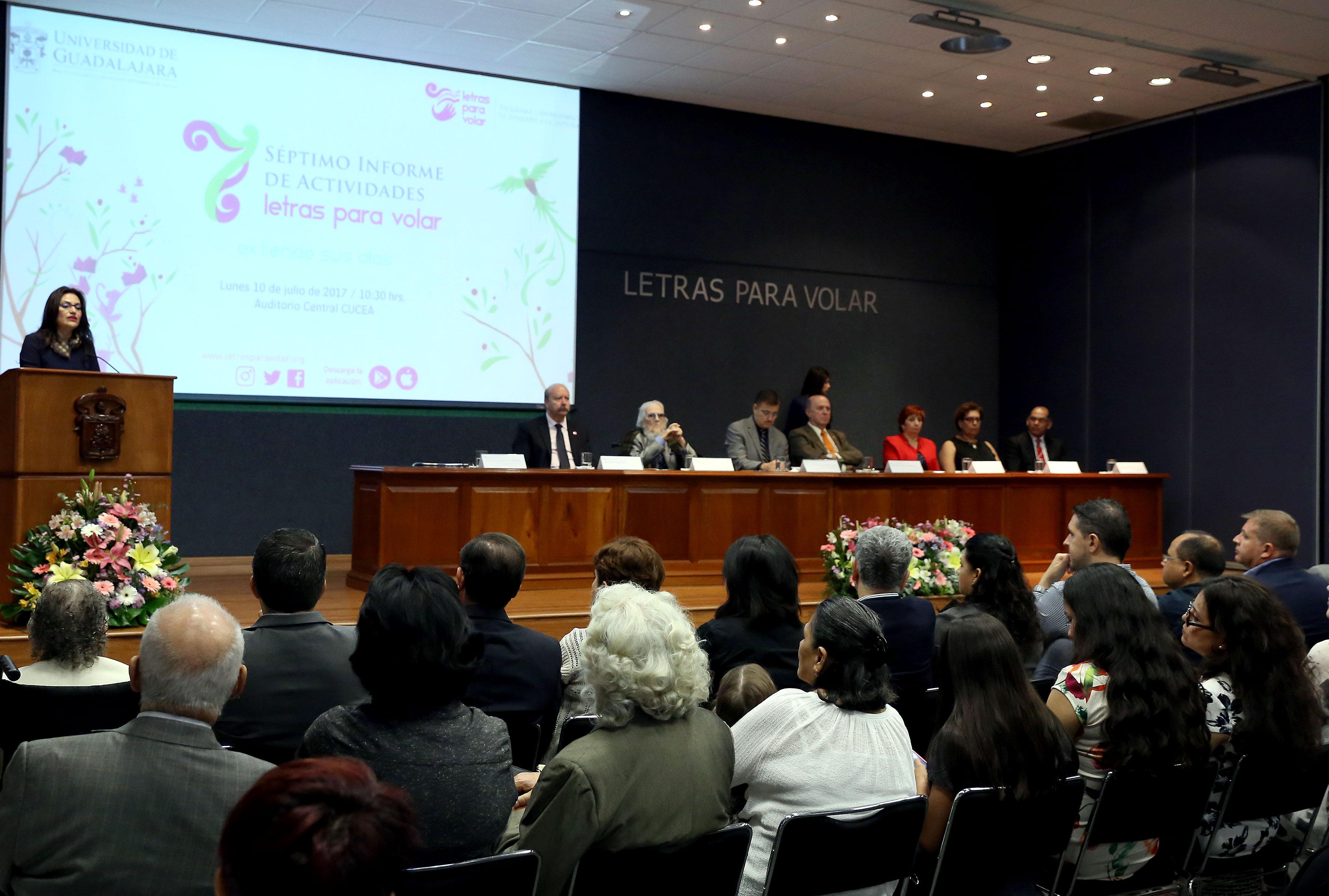 Doctora Patricia Rosa, presentando el séptimo informe de actividades del programa de promoción de la lectura de la UdeG, 2016-2017.
