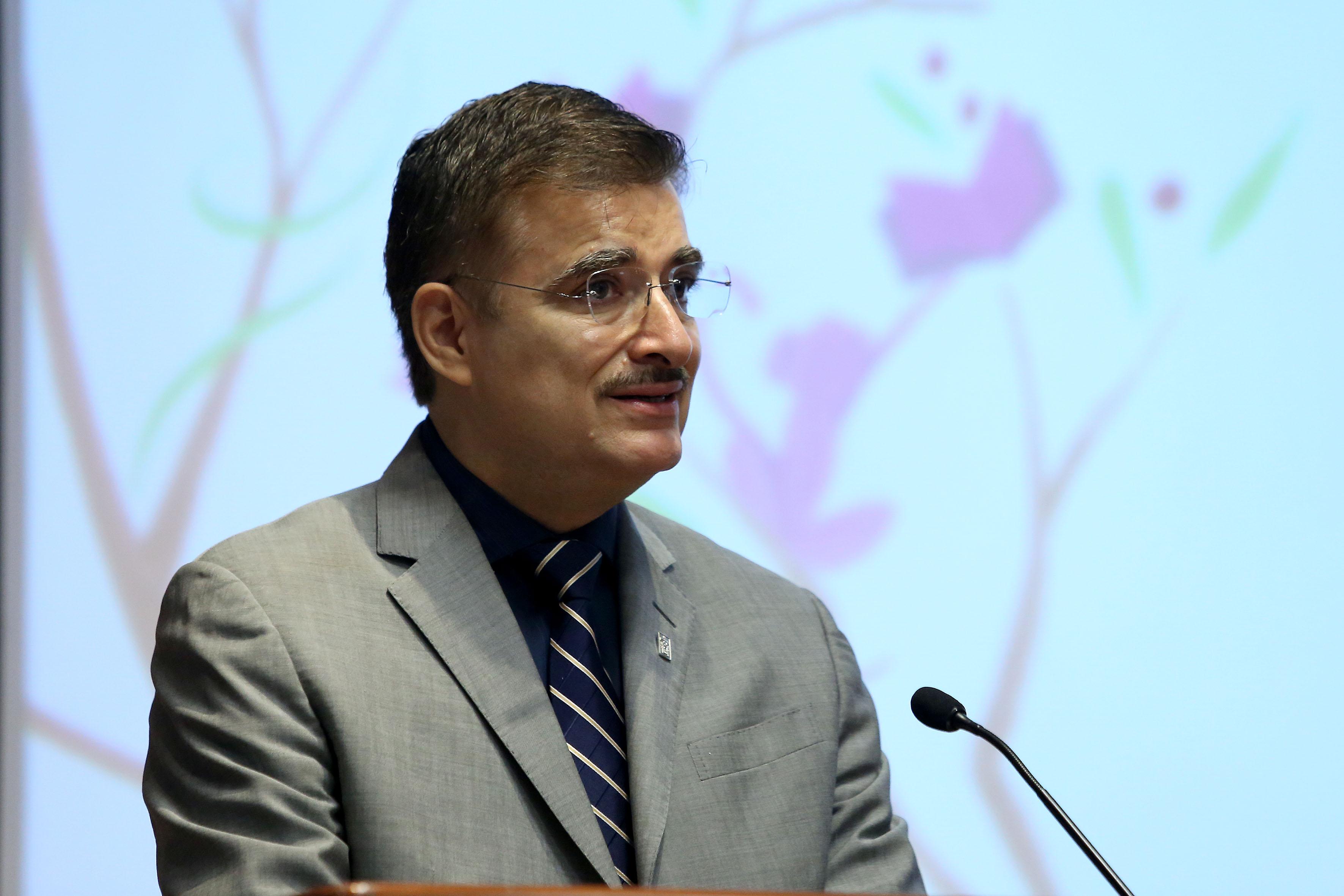 Rector General de la Universidad de Guadalajara, maestro Itzcóatl Tonatiuh Bravo Padilla, haciendo uso de la palabra, en podium del evento.