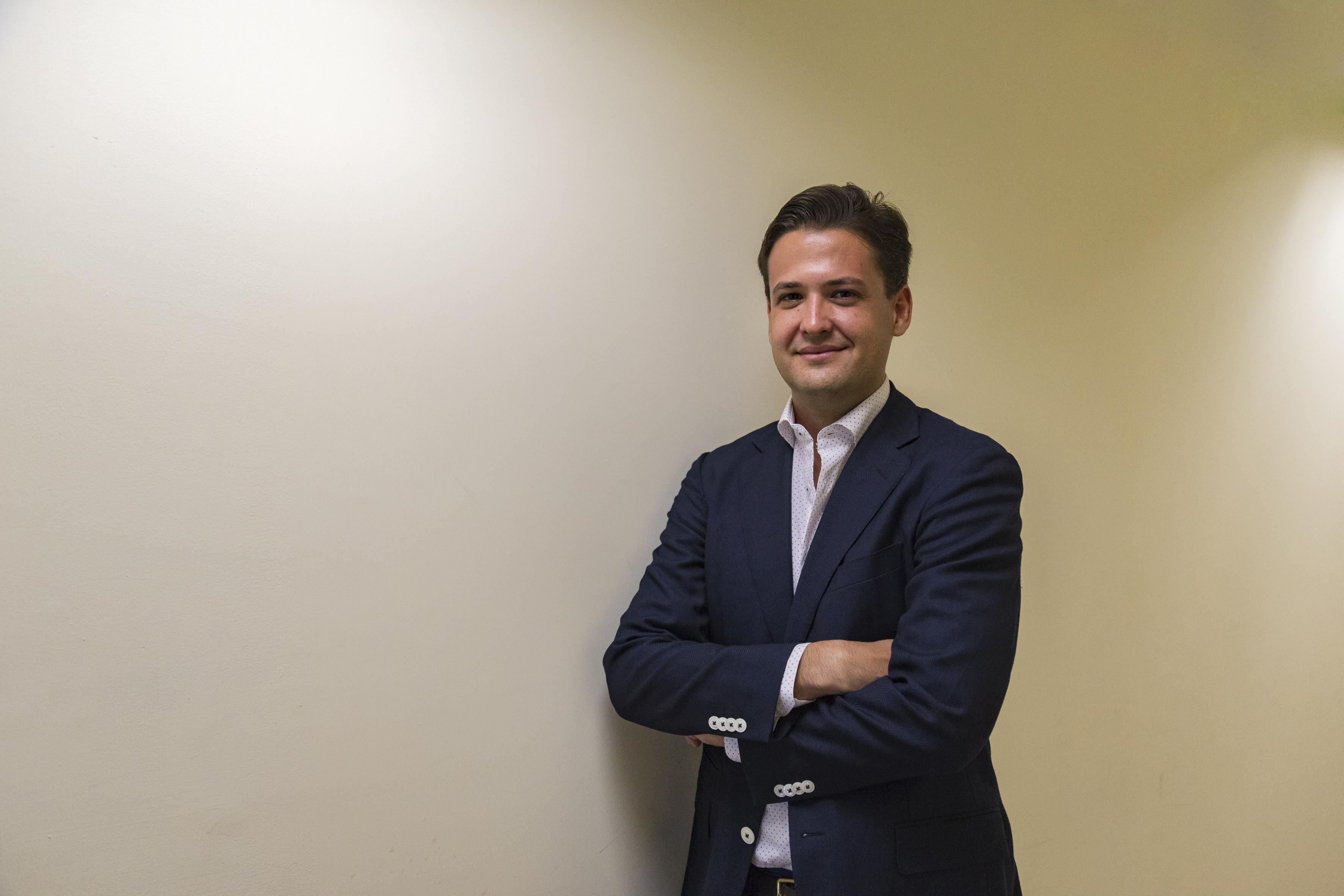Arquitecto Luis Enrique Flores Cervantes, egresado del Centro Universitario de Arte, Arquitectura y Diseño de la Universidad de Guadalajara.