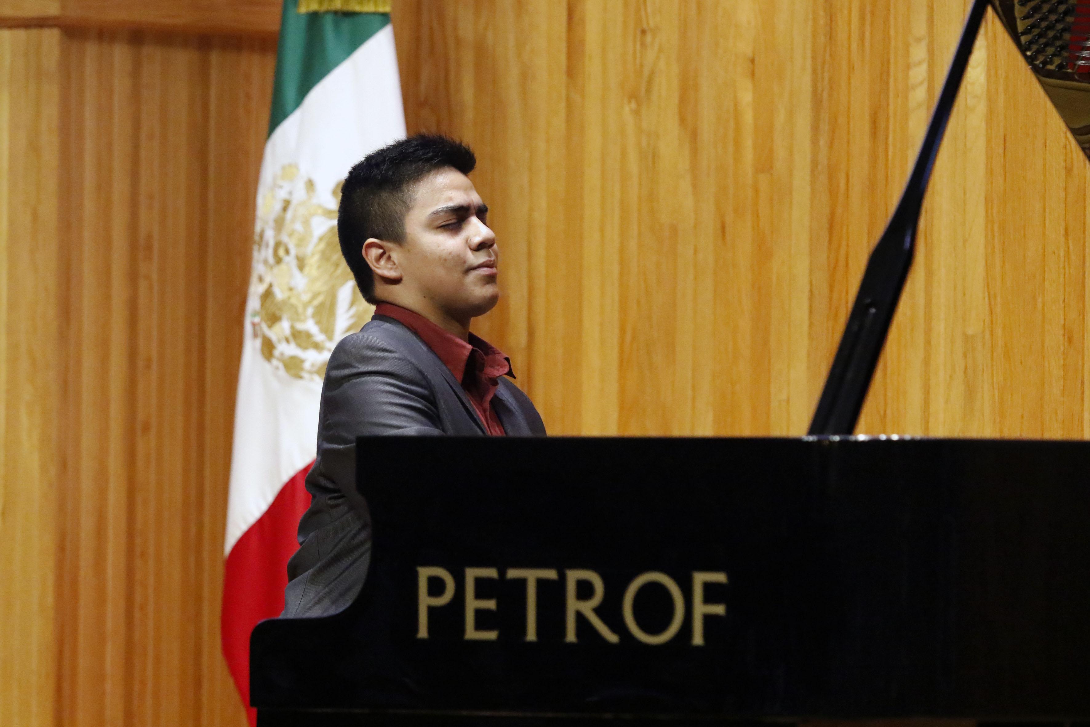 Cristian Rachid Bernal Castillo, acreedor del segundo lugar en el Concurso Nacional de Piano, tocando recital durante la ceremonia de premiación