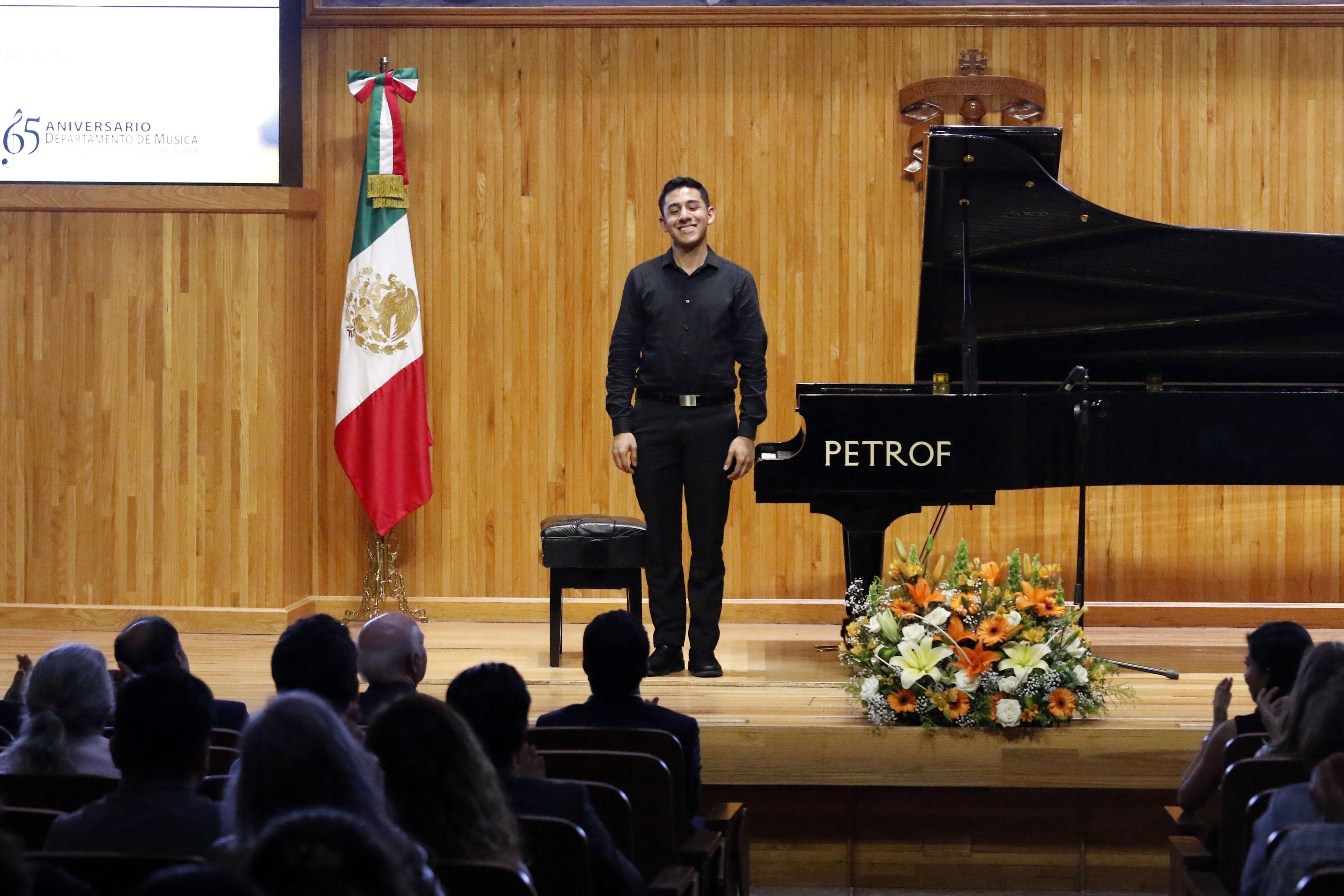José María Espinosa Zúñiga, ganador del tercer lugar en el Concurso Nacional de Piano, recibiendo ovaciones por parte del público asistente.