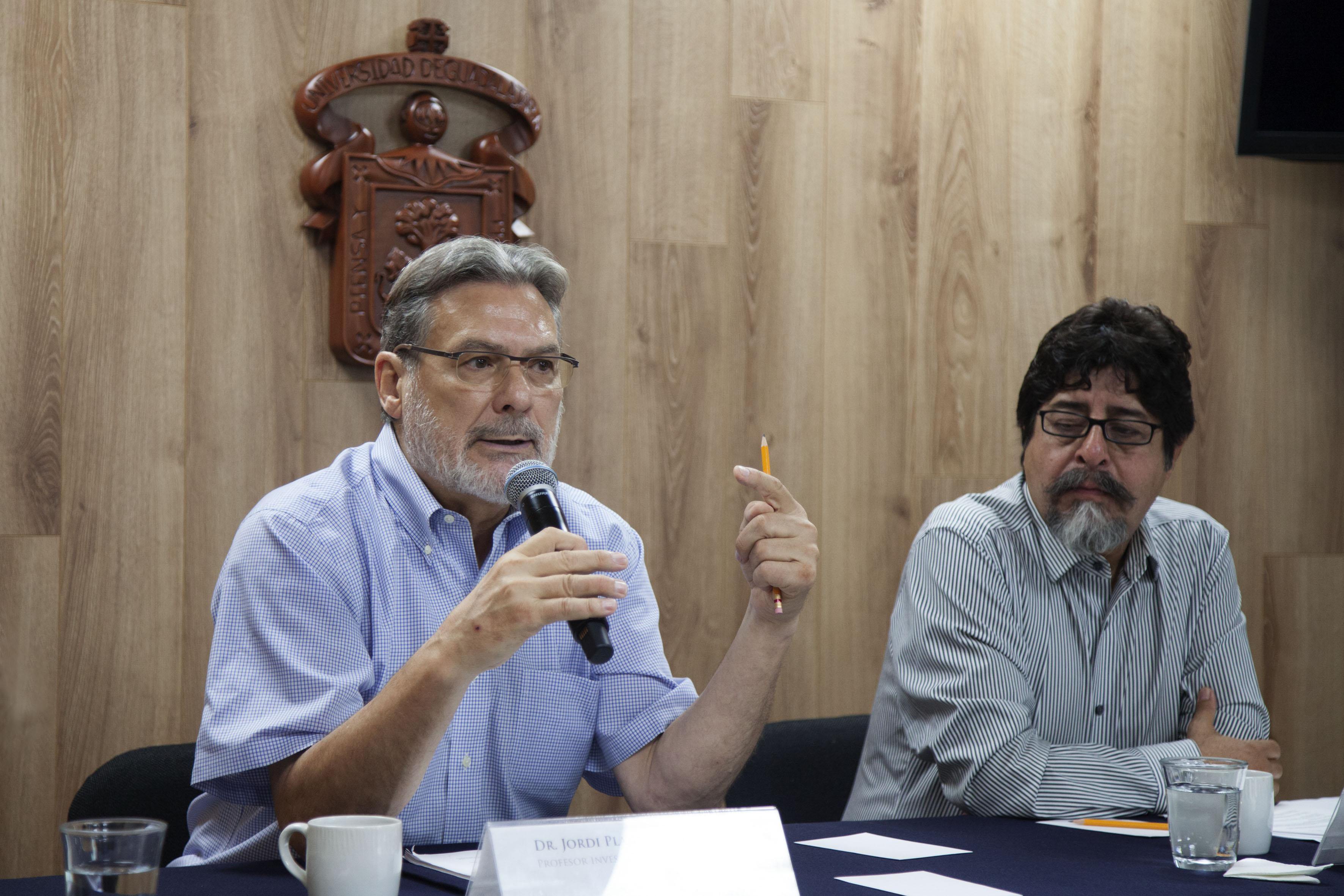 Doctor Jordi Plans Coll, profesor e investigador del Centro Universitario de Ciencias Económico Administrativas (CUCEA), participando en rueda de prensa.