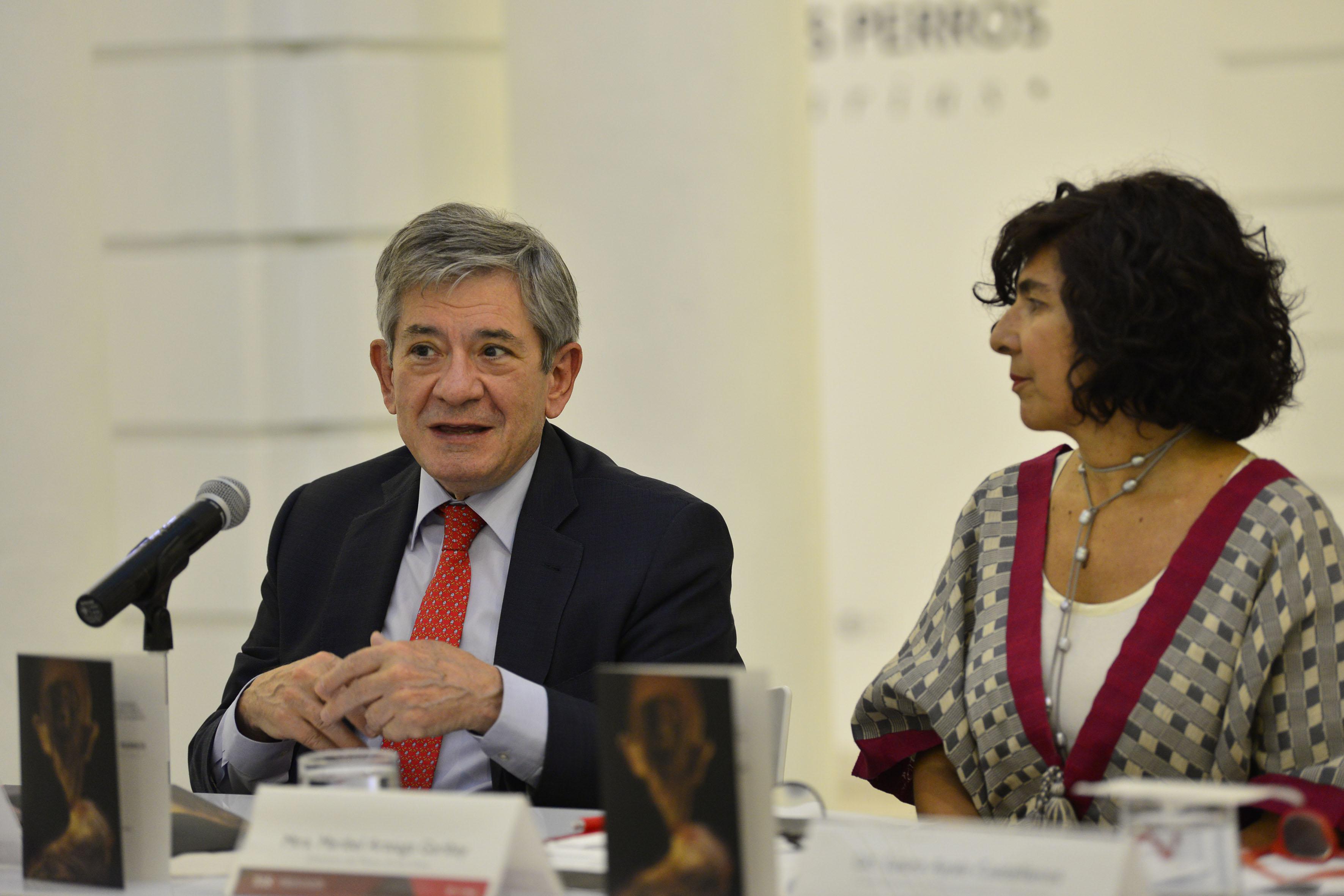 Viudo de la pintora, Enrique Barón Crespo, en conferencia de prensa dando a conocer la exposición: Coloquio de Perros.