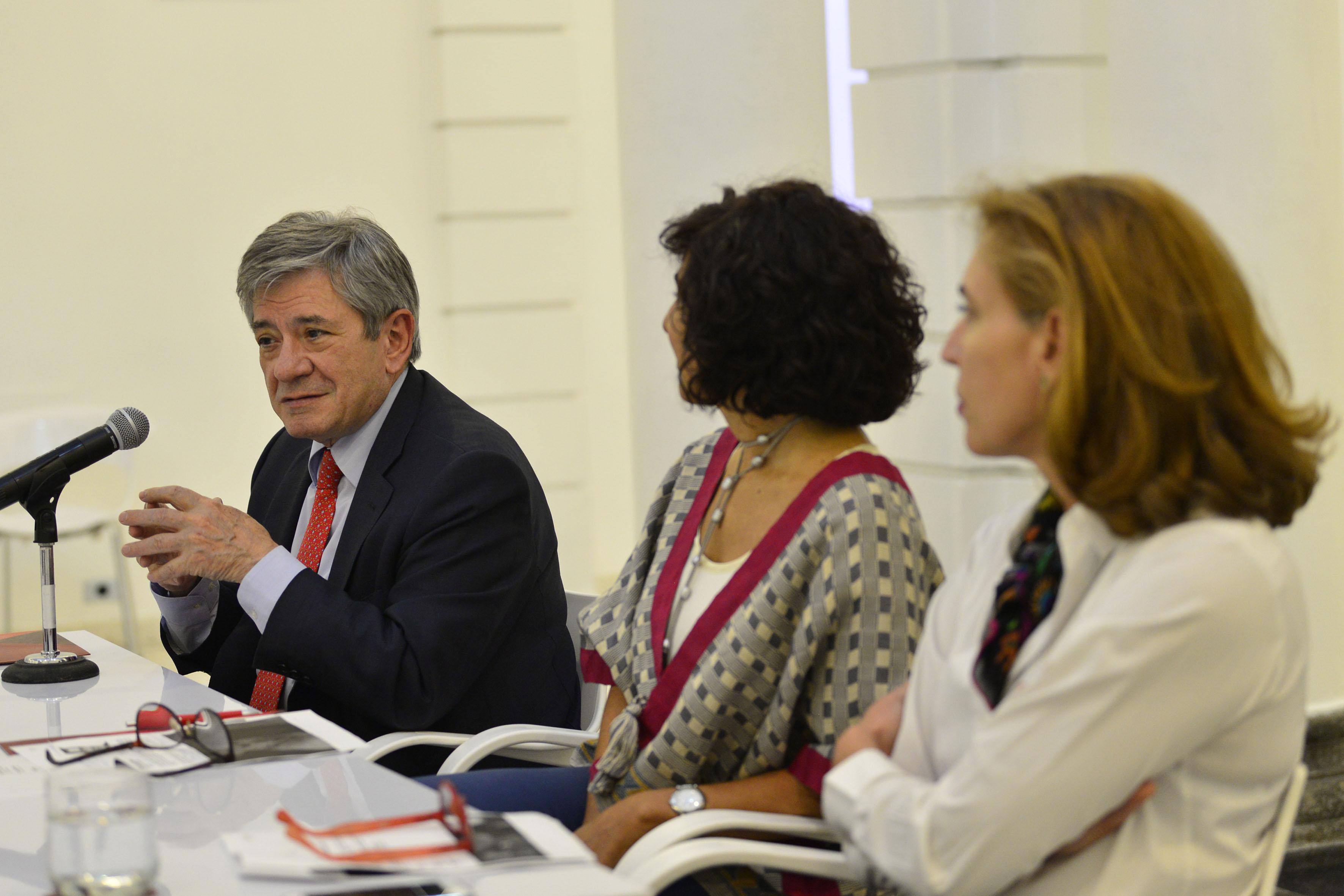 Viudo de la pintora, Enrique Barón Crespo, haciendo uso de la palabra, en conferencia de prensa.