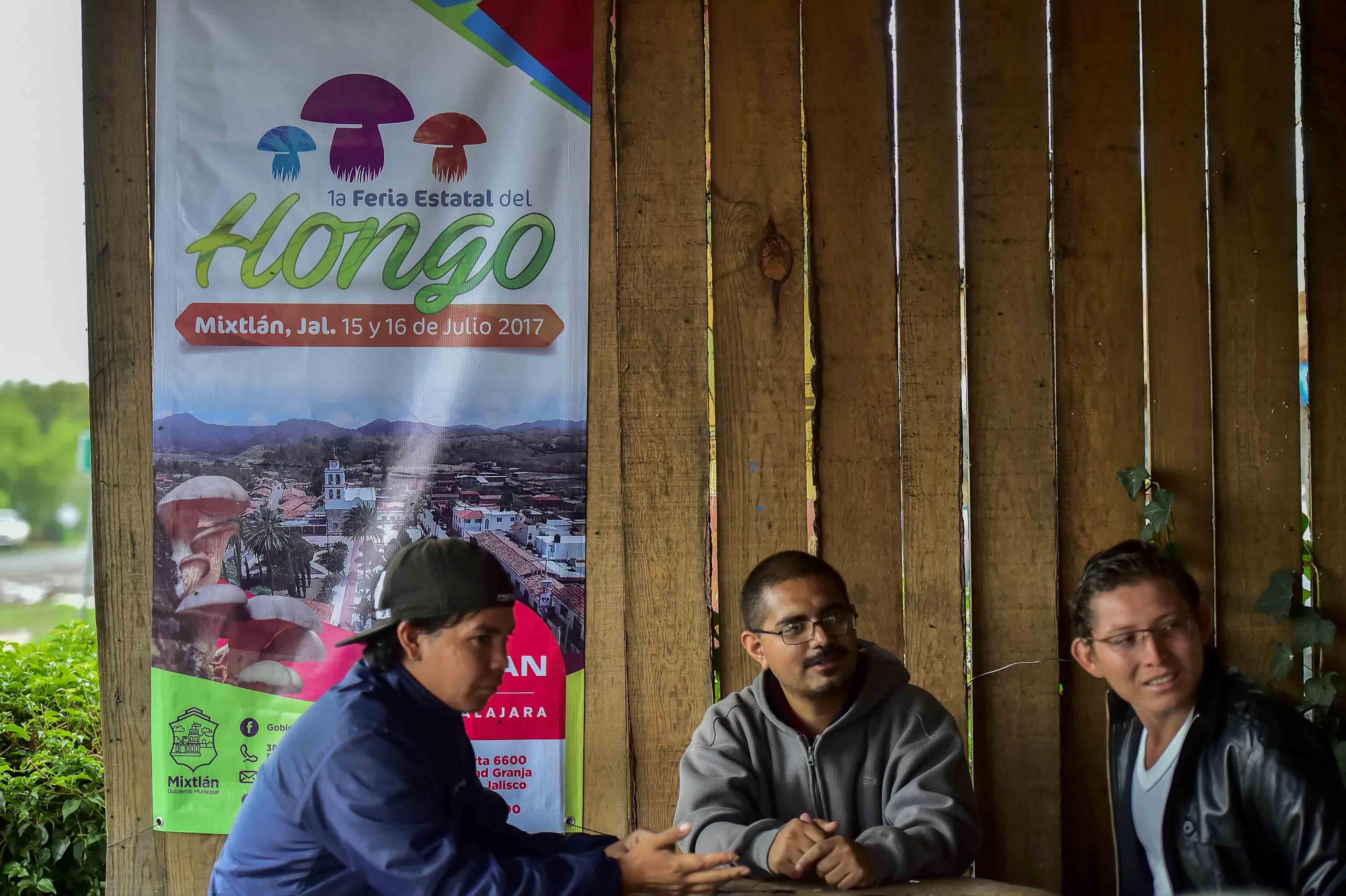 Visitantes de la Feria Estatal del Hongo, en el municipio de Mixtlán, Jalisco de la región Sierra Occidental.