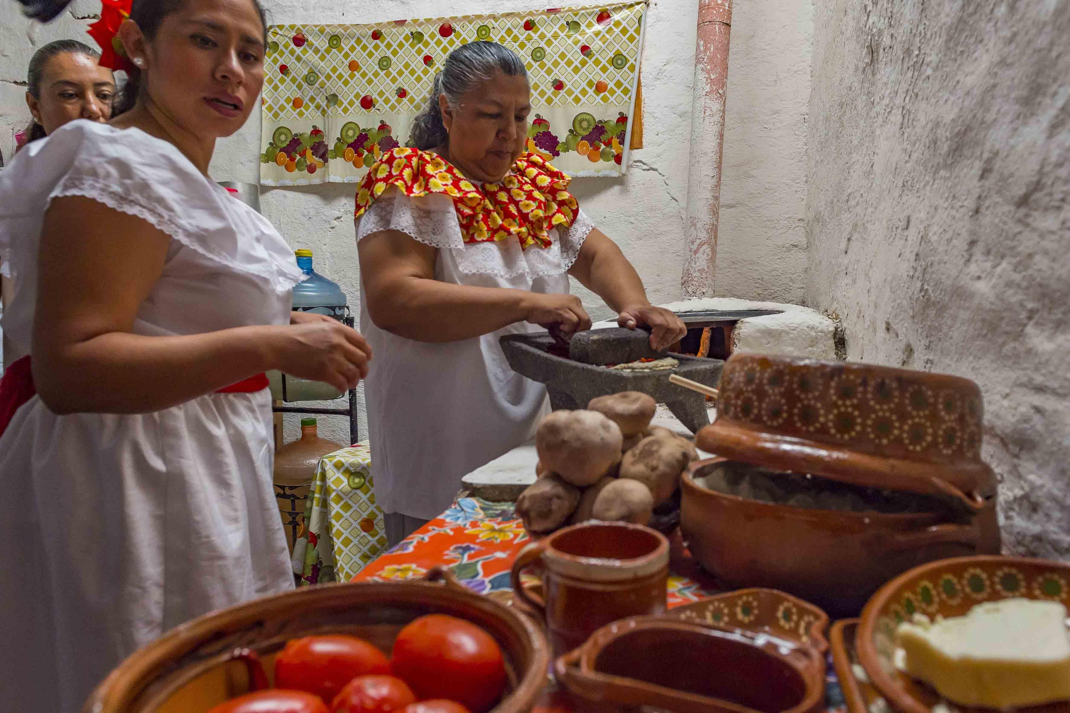 Mujeres de la región, cocinando platillos con las diferentes especies de hongos comestibles.