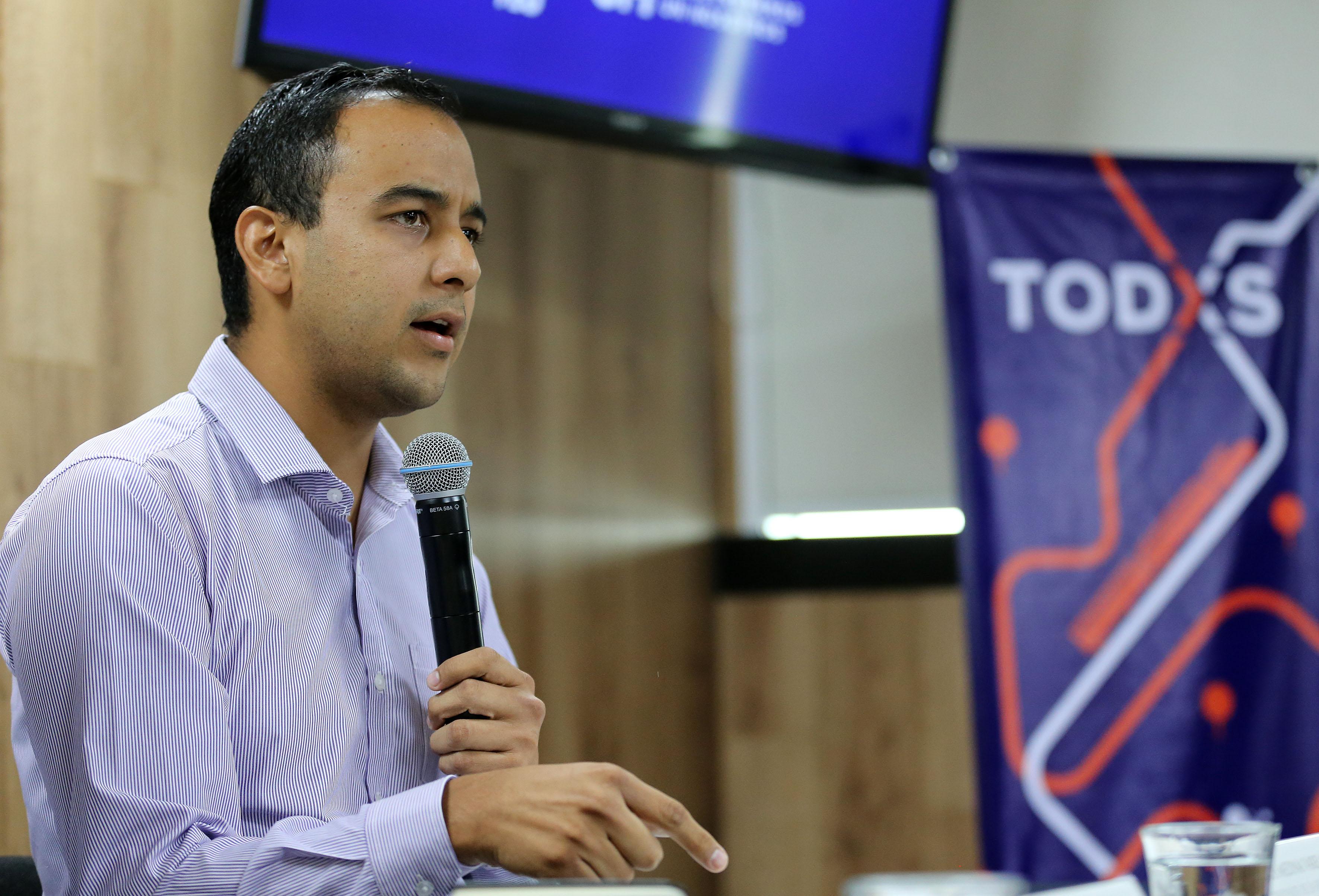 Jesús Arturo Medina Varela, Presidente de la Federación de Estudiantes Universitarios, con micrófono en mano haciendo uso de la voz.
