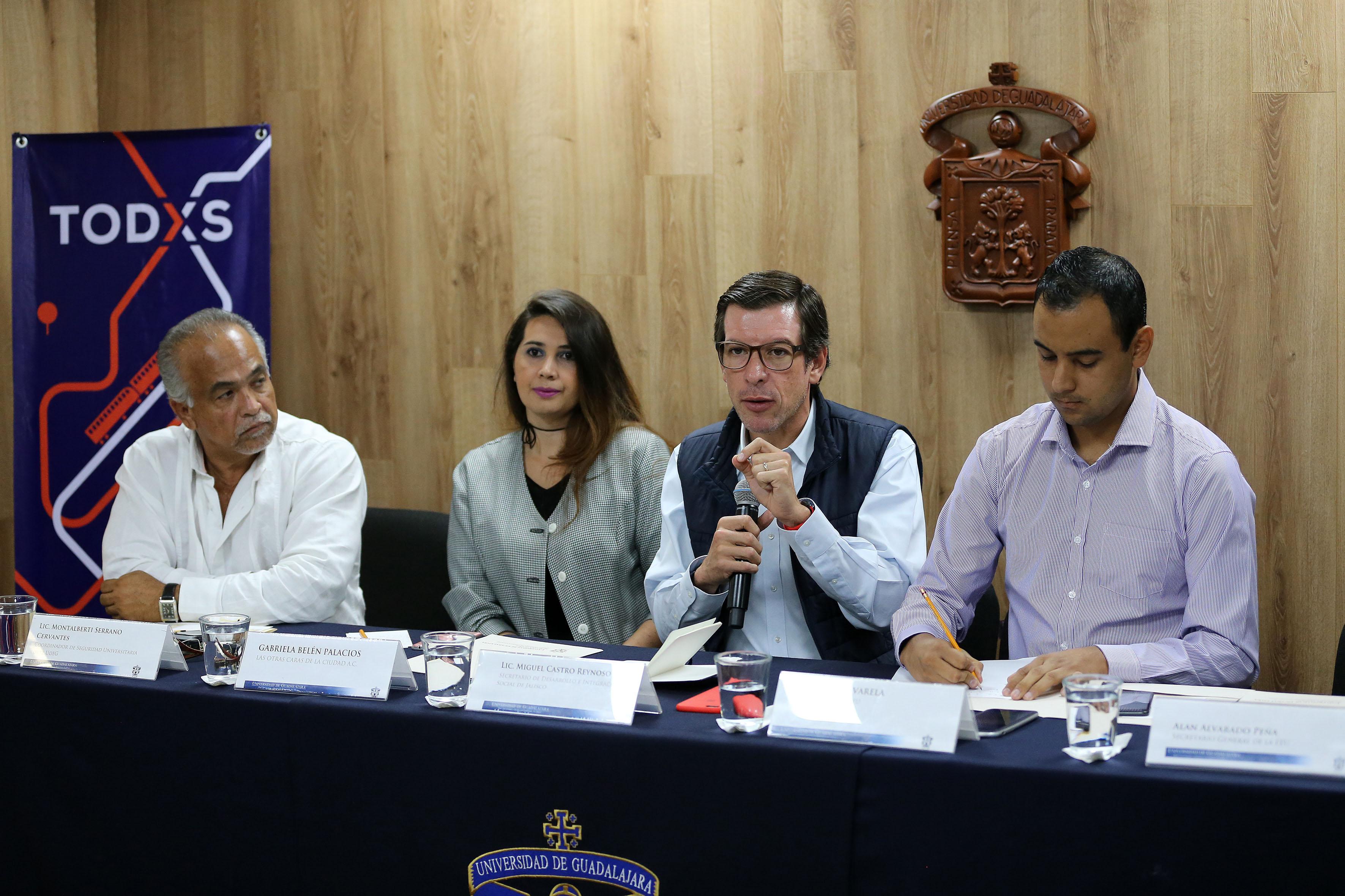 Secretario de Desarrollo e Integración Social, Miguel Castro Reynoso, participando en rueda de prensa.