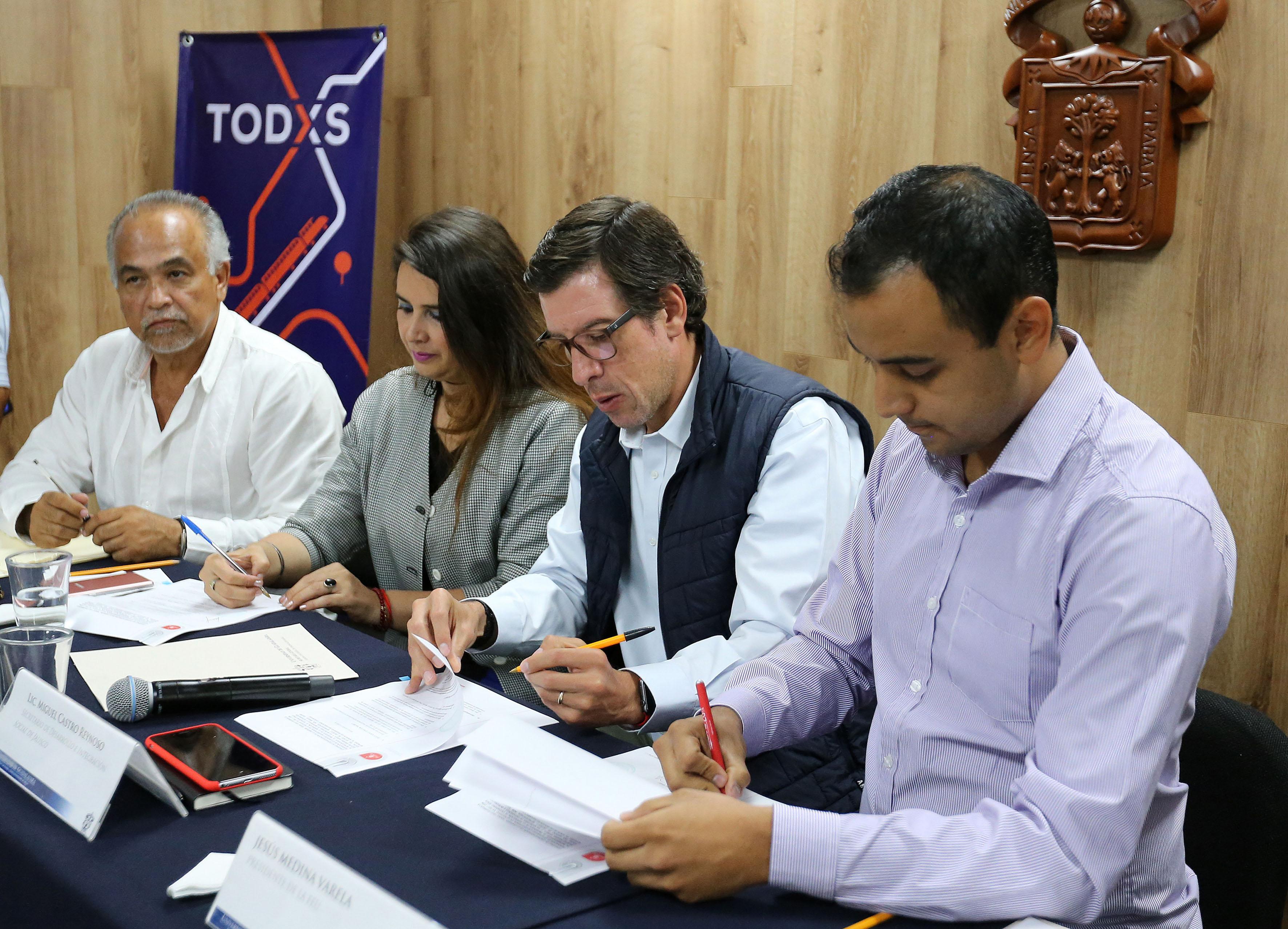 Panelistas participantes en reunión, firmando convenio de colaboración, para la realización del programa.