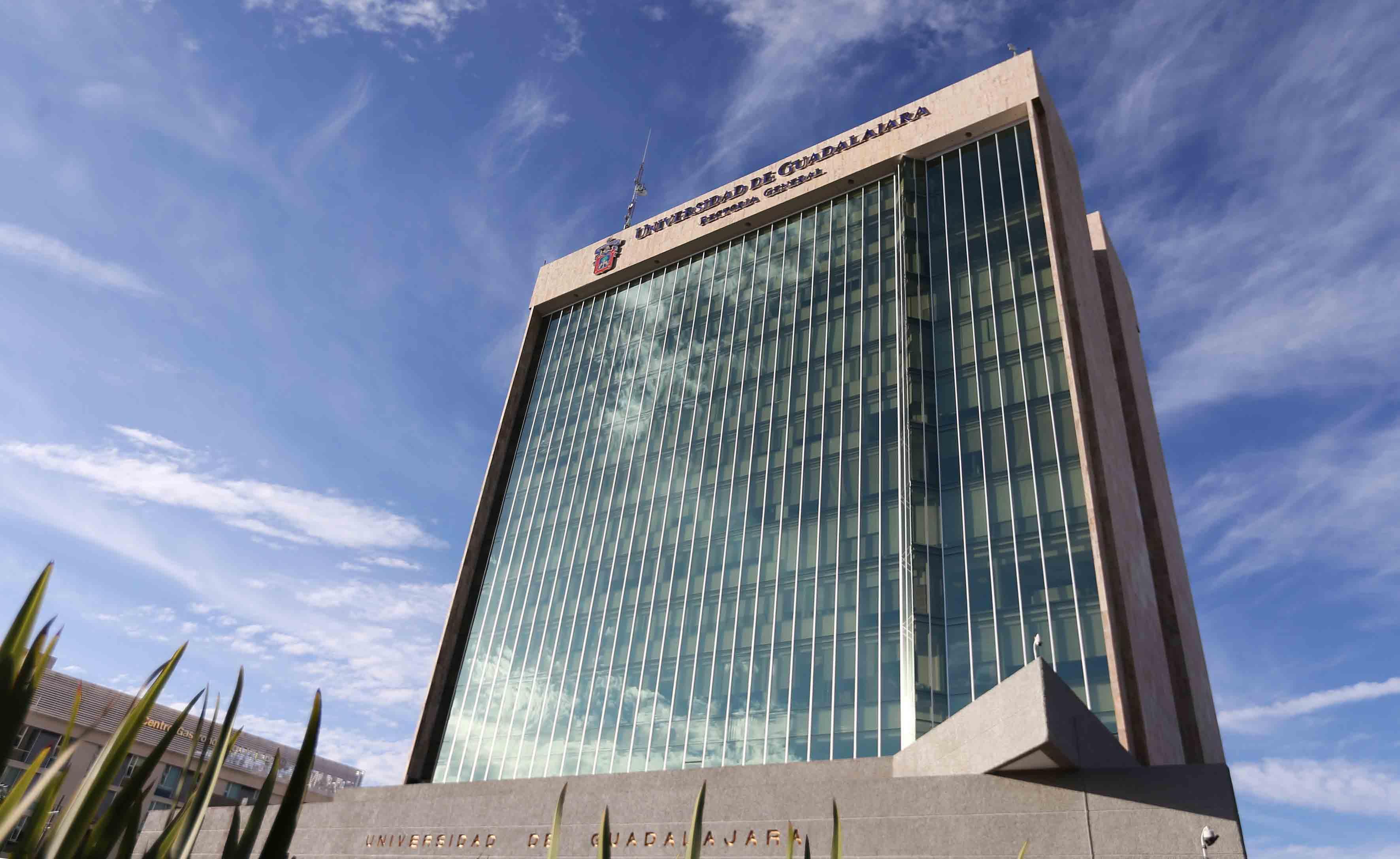 Vista panorámica del edificio de Rectoría de la UdeG.