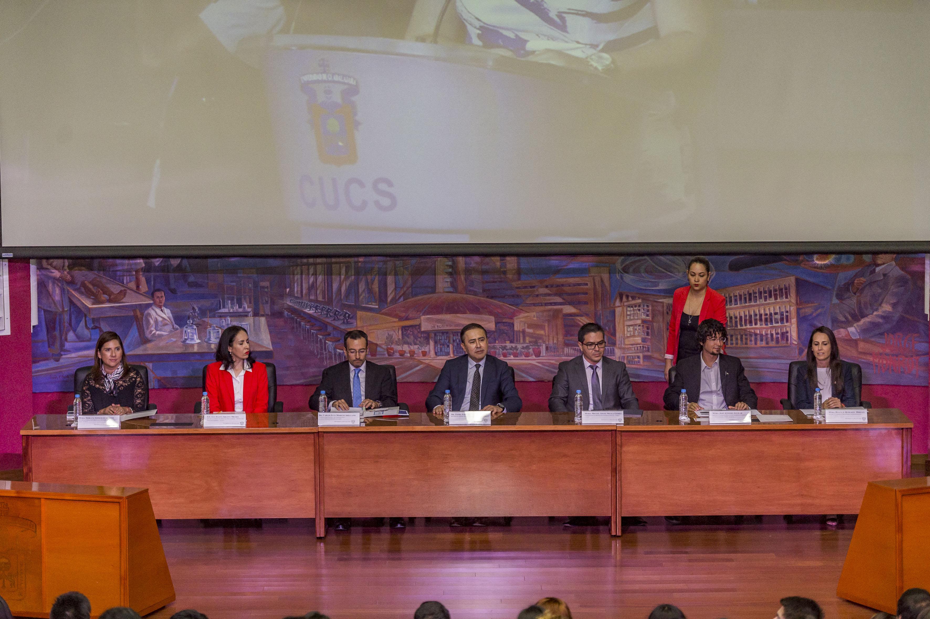 Coordinador General de Cooperación e internacionalización, Rector y académicos del CUCS y jefa de unidad de servicios migratorios de la UdeG; como miembros panelistas de la ceremonia de bienvenida.