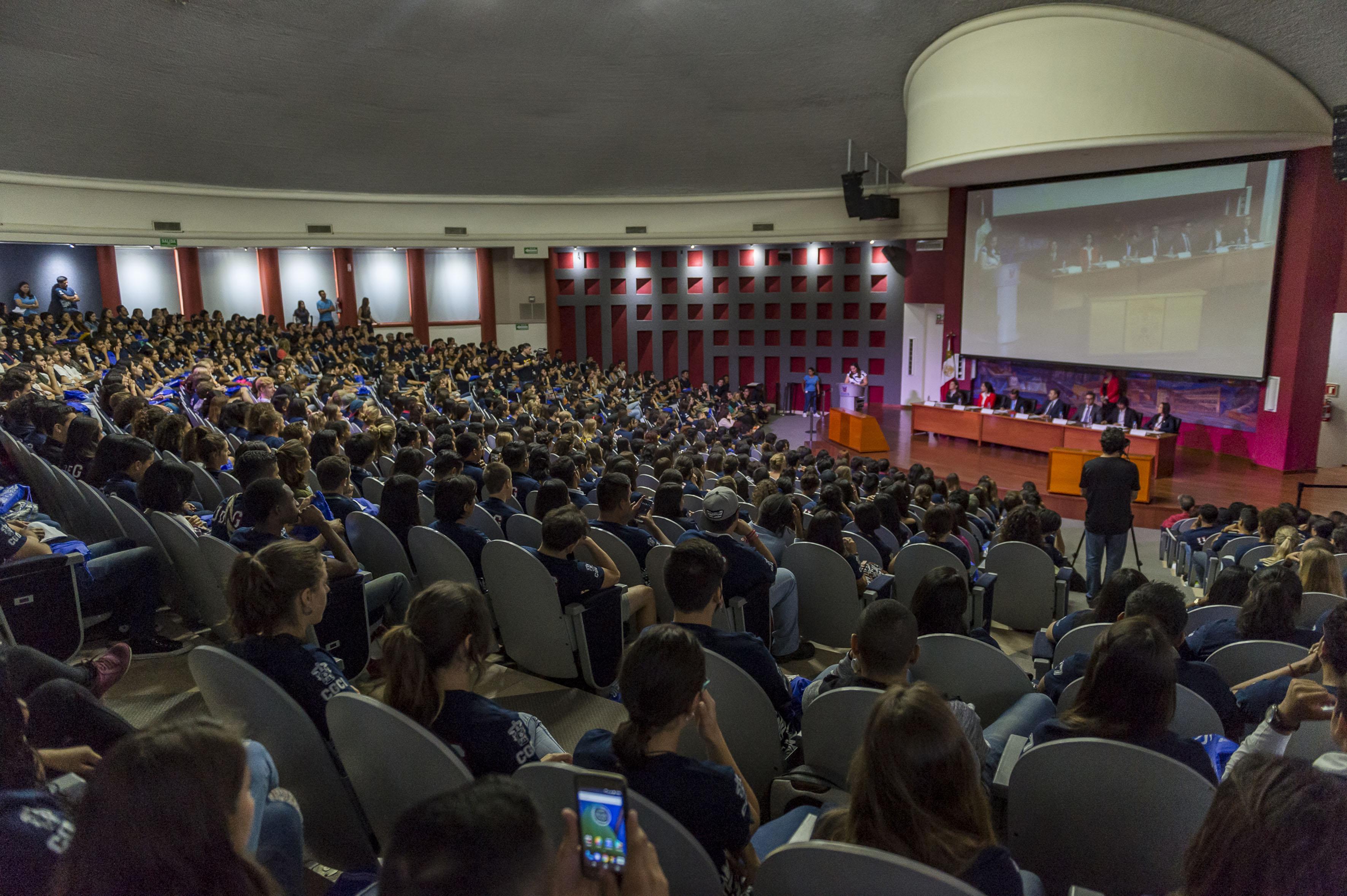 Bienvenida a estudiantes extranjeros en el Auditorio Cental del Centro Universitario de Ciencias de la Salud.