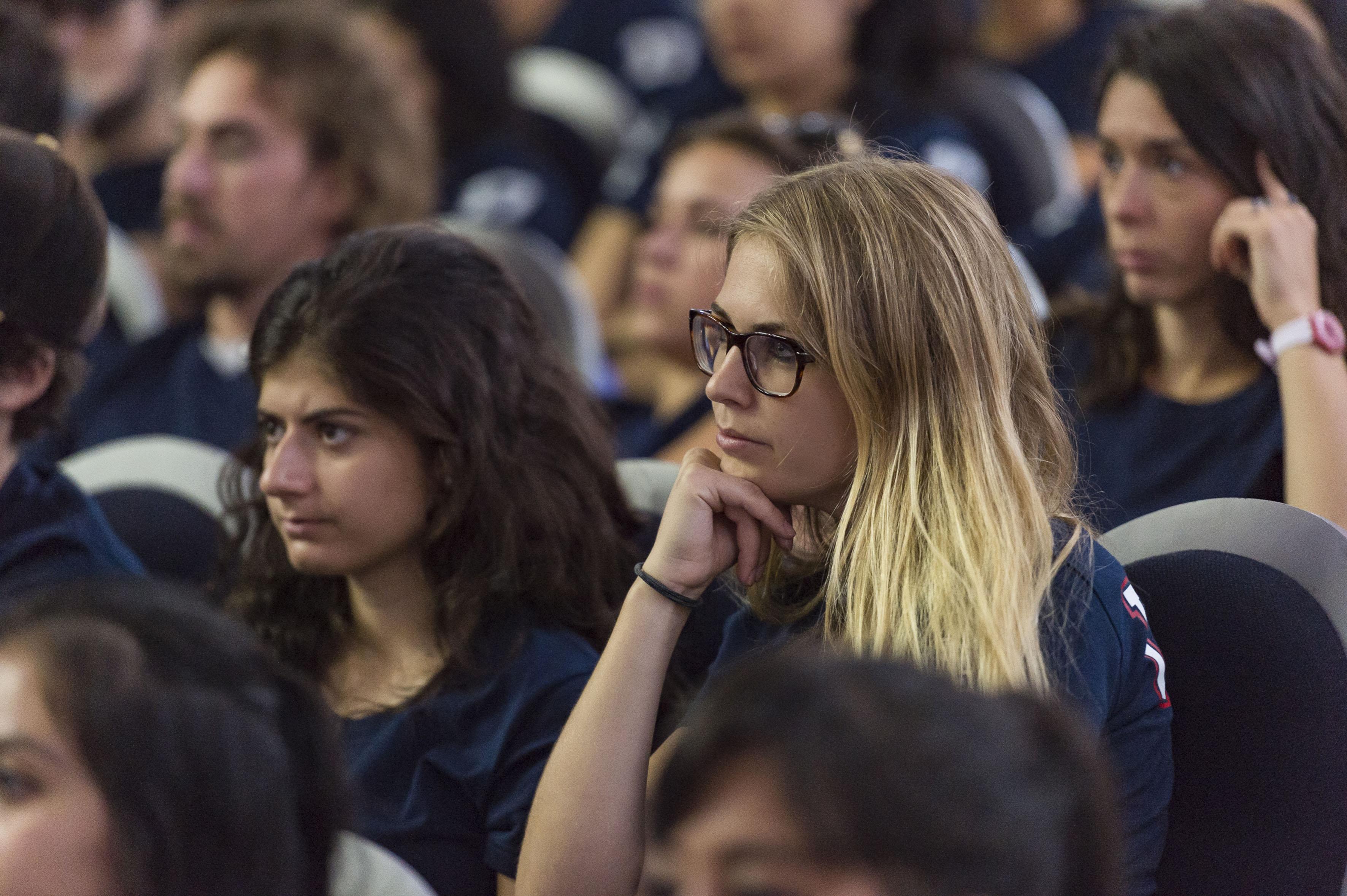 Mujeres estudiantes del extranjero, presentes en ceremonia de bienvenida.