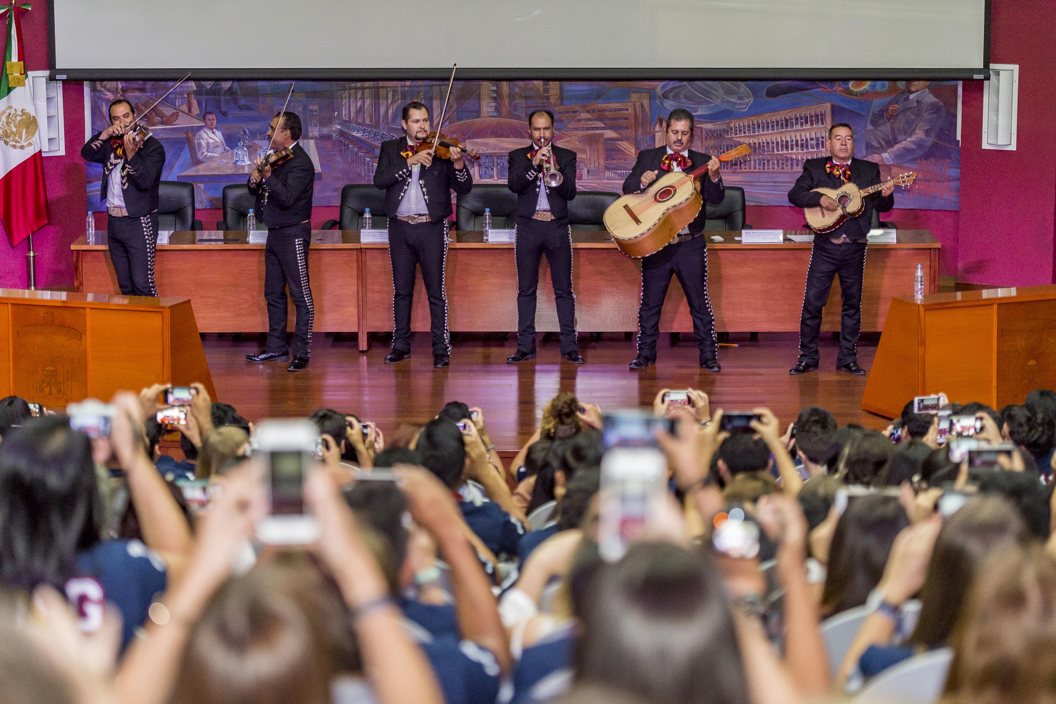 Grupo de Mariachi, tocando música durante la ceremonia de bienvenida  a los estudiantes extranjeros.
