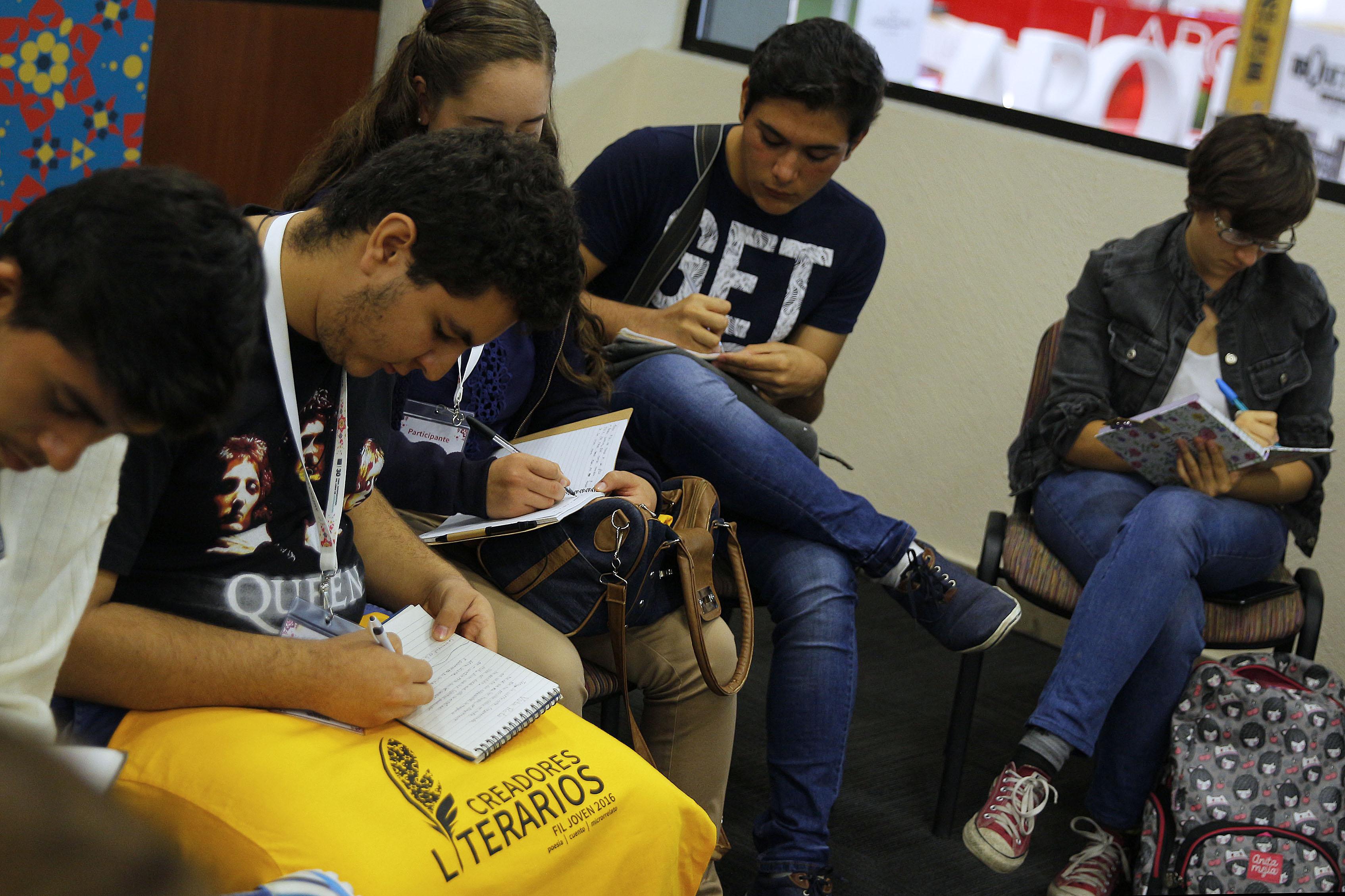 Estudiantes del concurso de creadores literarios en circulo
