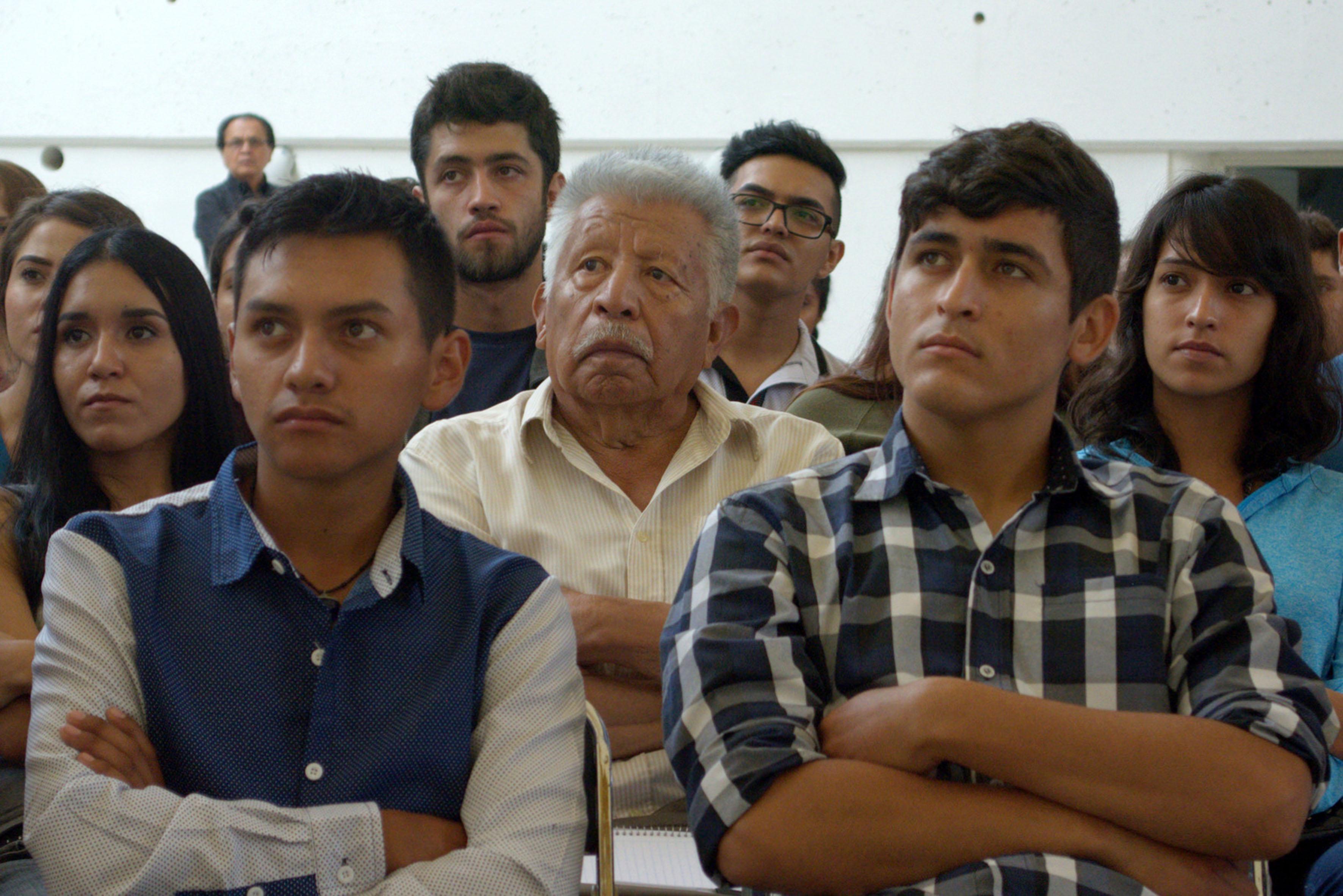 José Mejía Peralta estudiante longevo de la carrera de abogado, escuchando las ponencias de sus maestros durante clase.