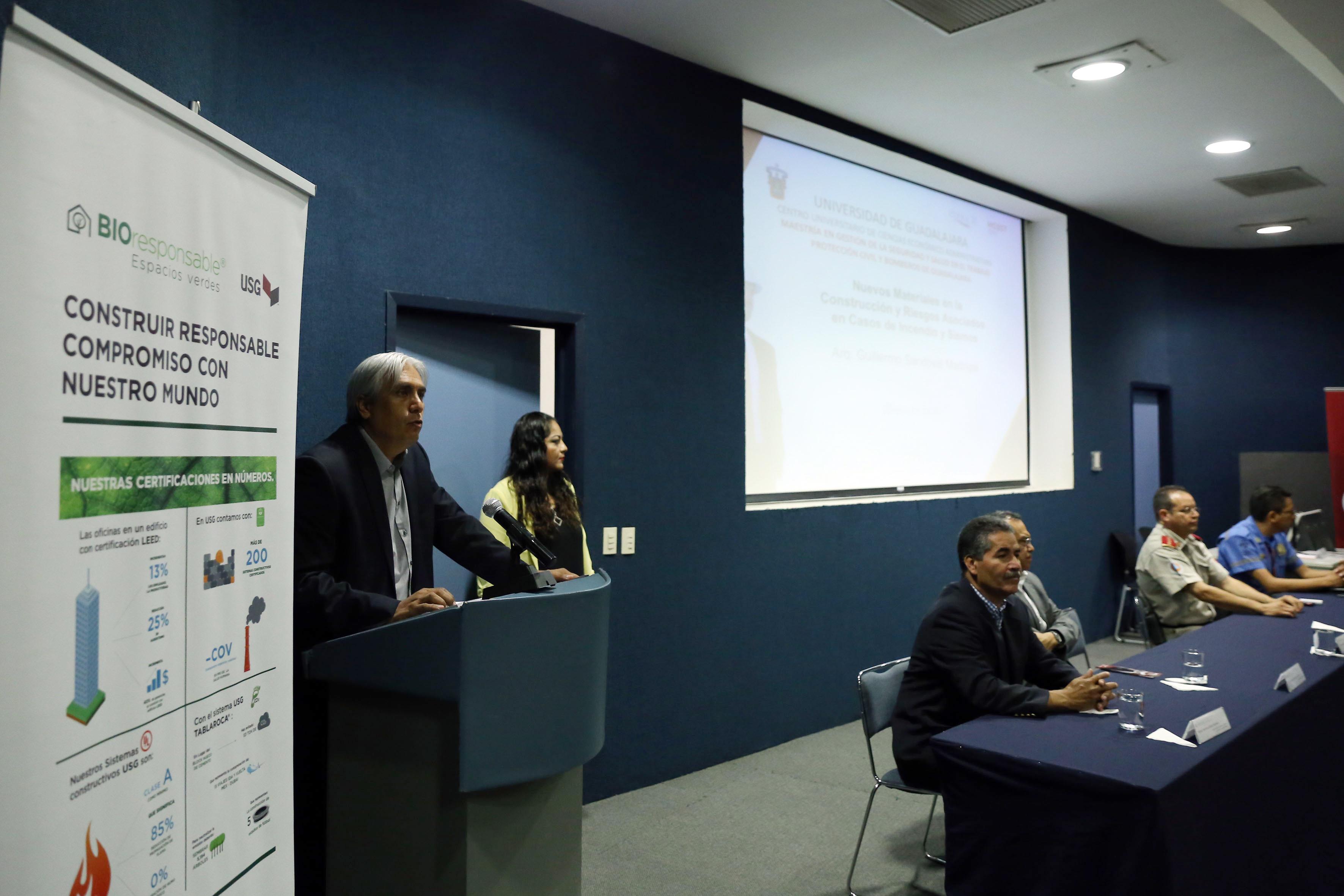 Mtro. José Alberto Becerra Santiago, Secretario Académico del CUCEA, en acto de apertura del evento.