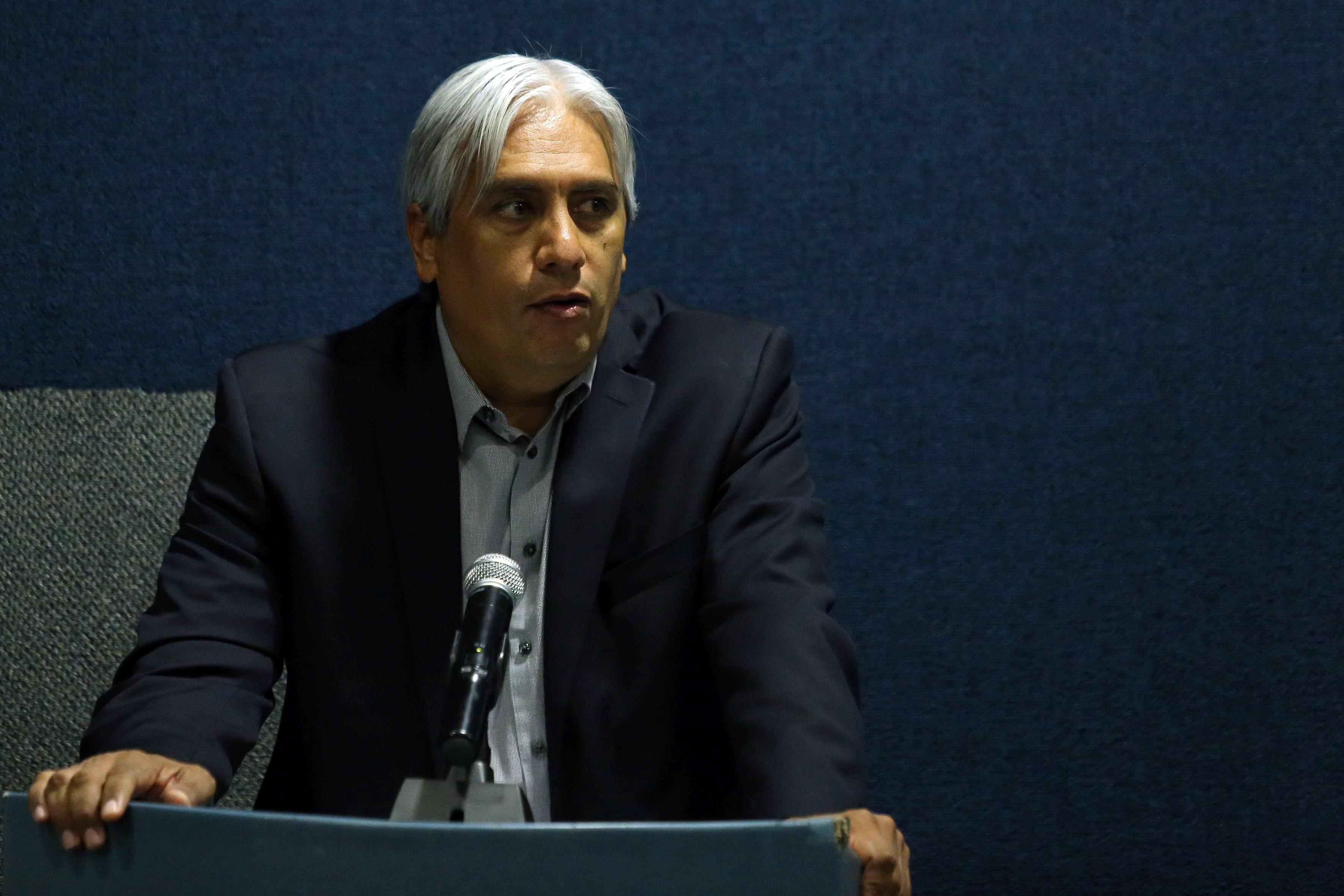 Mtro. José Alberto Becerra Santiago, Secretario Académico del CUCEA, en podium del evento haciendo uso de la palabra.