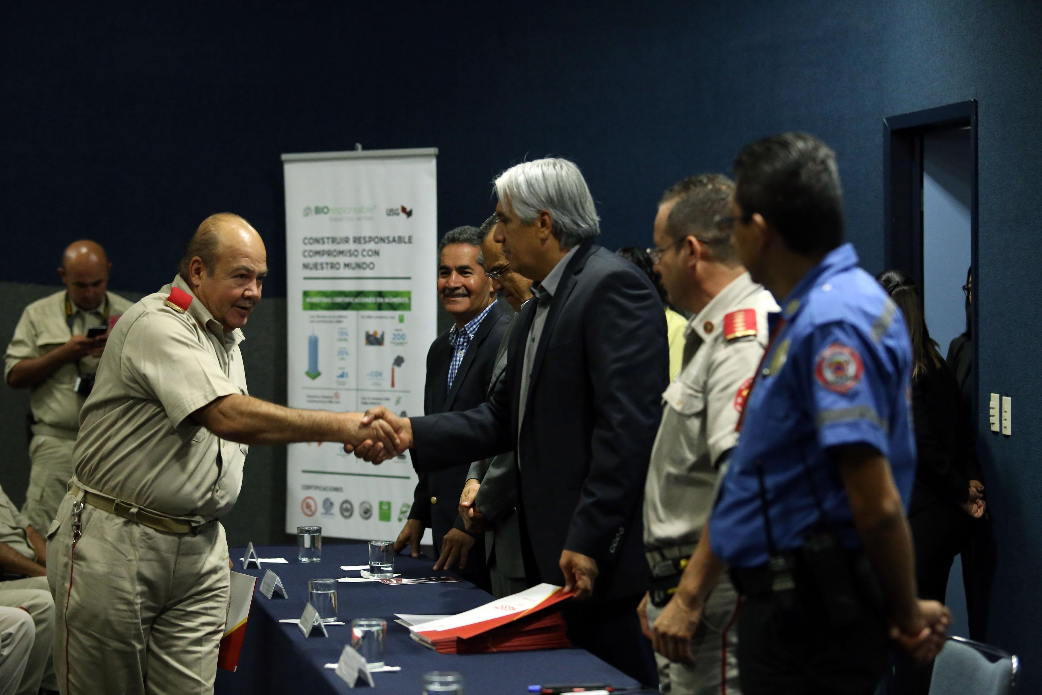 Mtro. José Alberto Becerra Santiago, Secretario Académico del CUCEA, felicitando y entregando reconocimientos a los a bomberos, en su día.