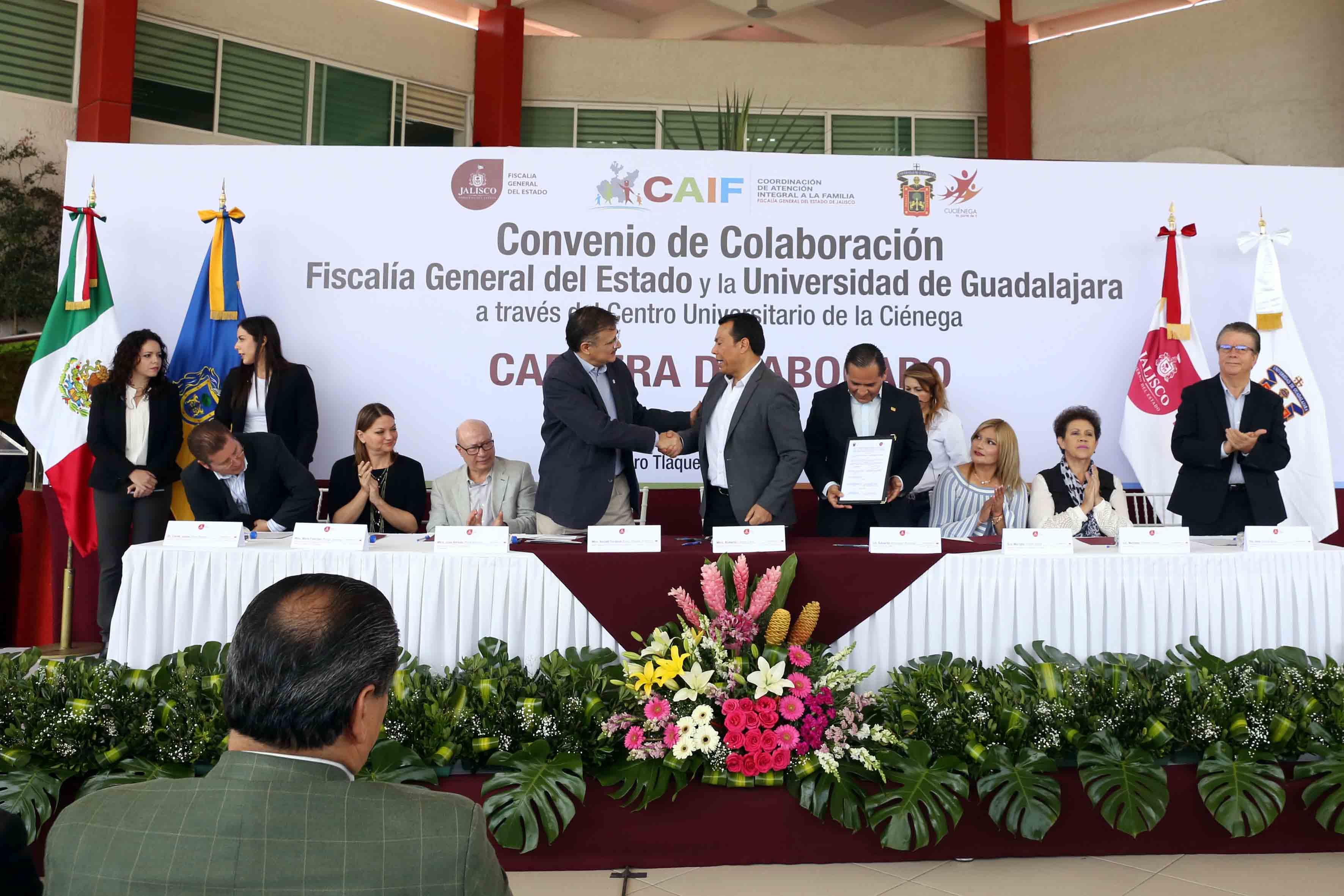 Rector General de la UdeG, maestro Itzcóatl Tonatiuh Bravo Padilla y el Secretario General de Gobierno, maestro Roberto López Lara en firma de convenio