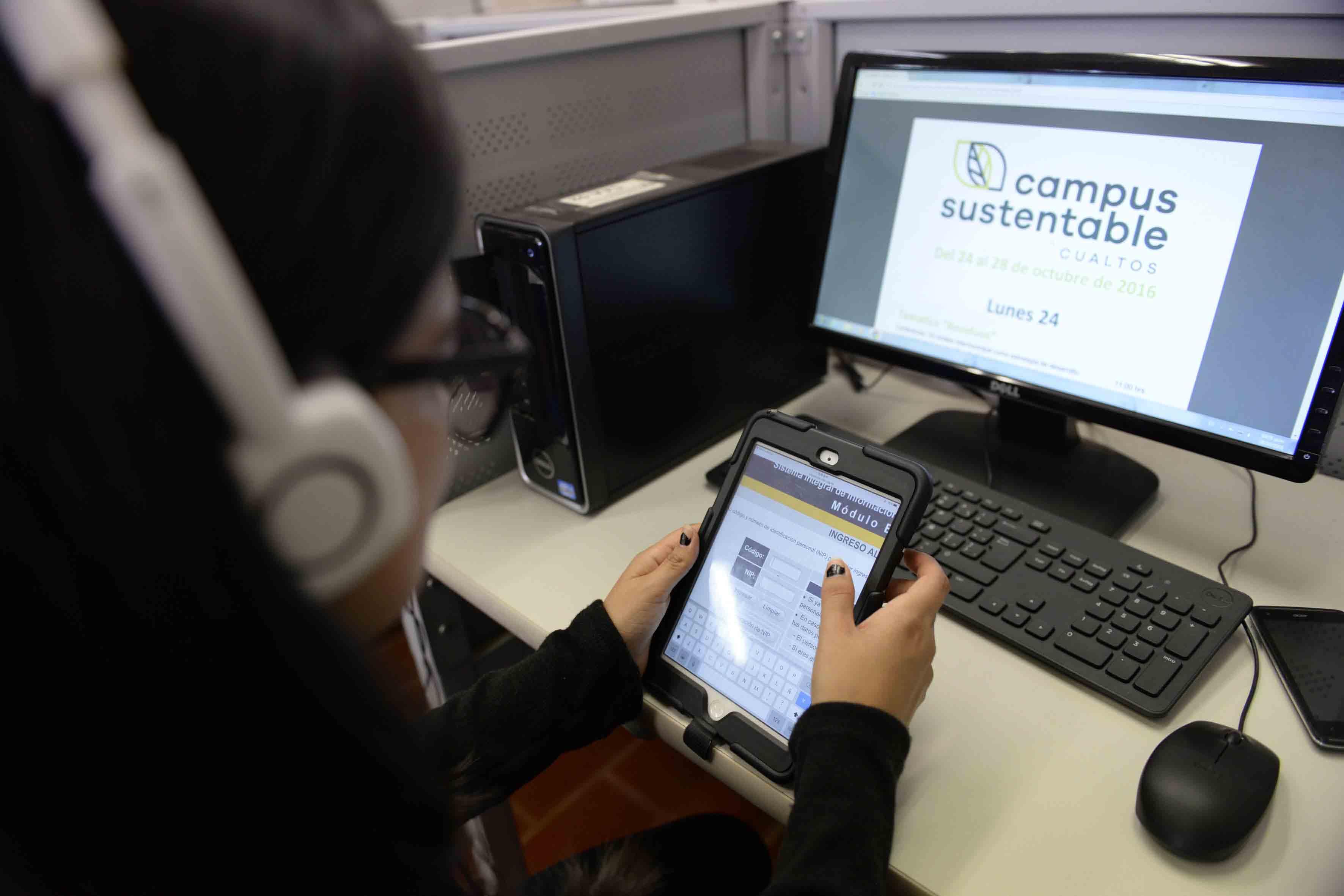 Estudiante trabajando con una tablet