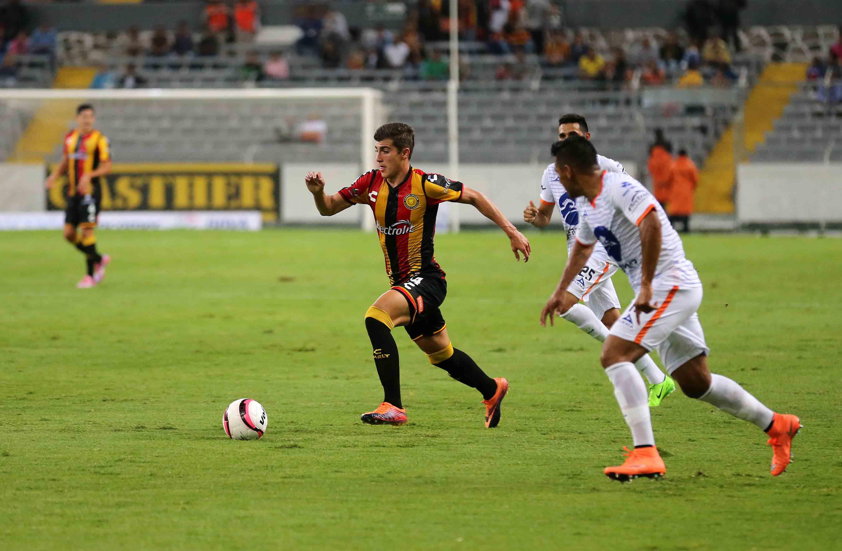 Futbolistas jugando en el estadio Jalisco
