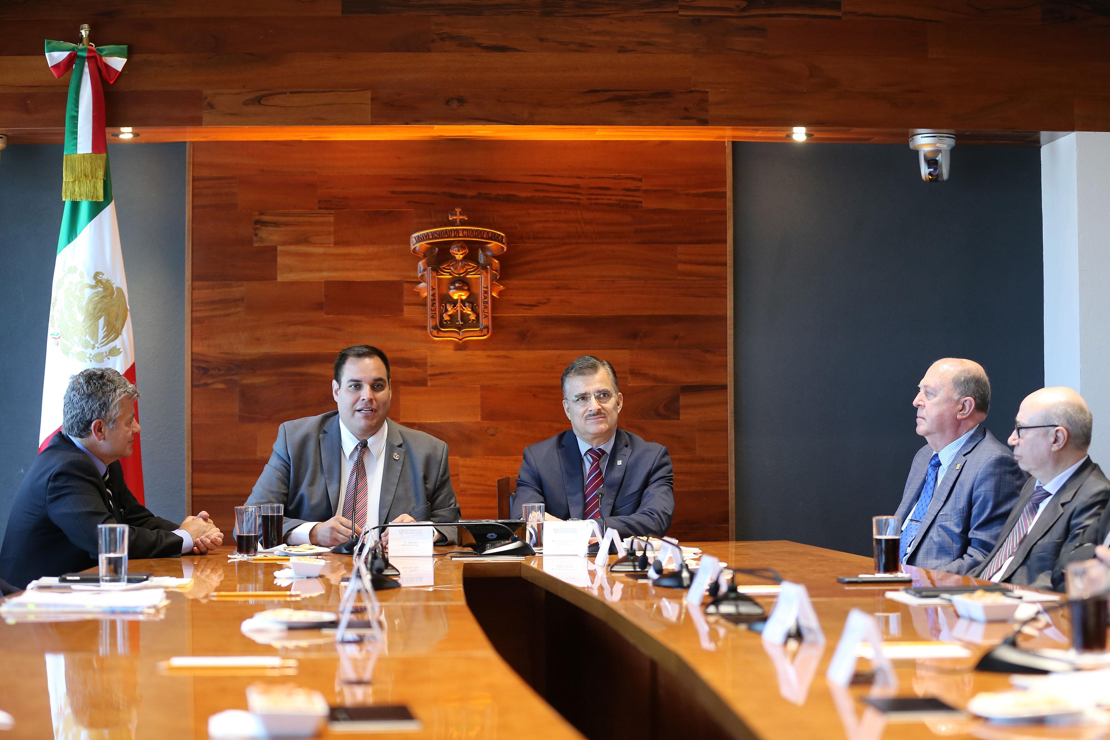 Rector General de la UdeG, maestro Itzcóatl Tonatiuh Bravo Padilla y el director del Programa de Tecnologías Sostenibles y Salud, de la Universidad de Harvard, doctor Ramón Sánchez Piña, en firma de convenio