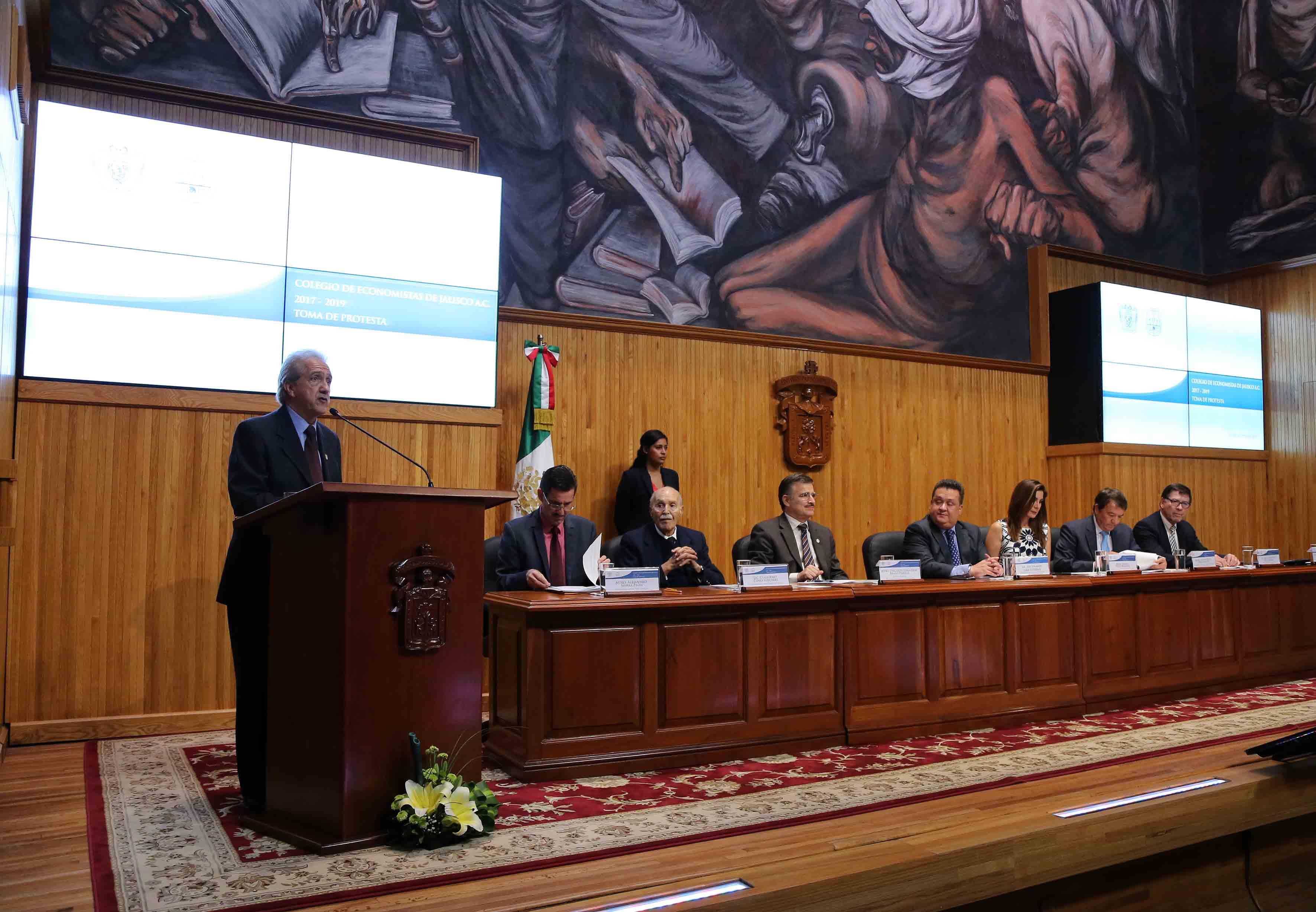 Ponente haciendo uso de la palabra en la toma de protesta de la Mesa Directiva 2017-2019 de ese organismo, en el Paraninfo Enrique Díaz de León.