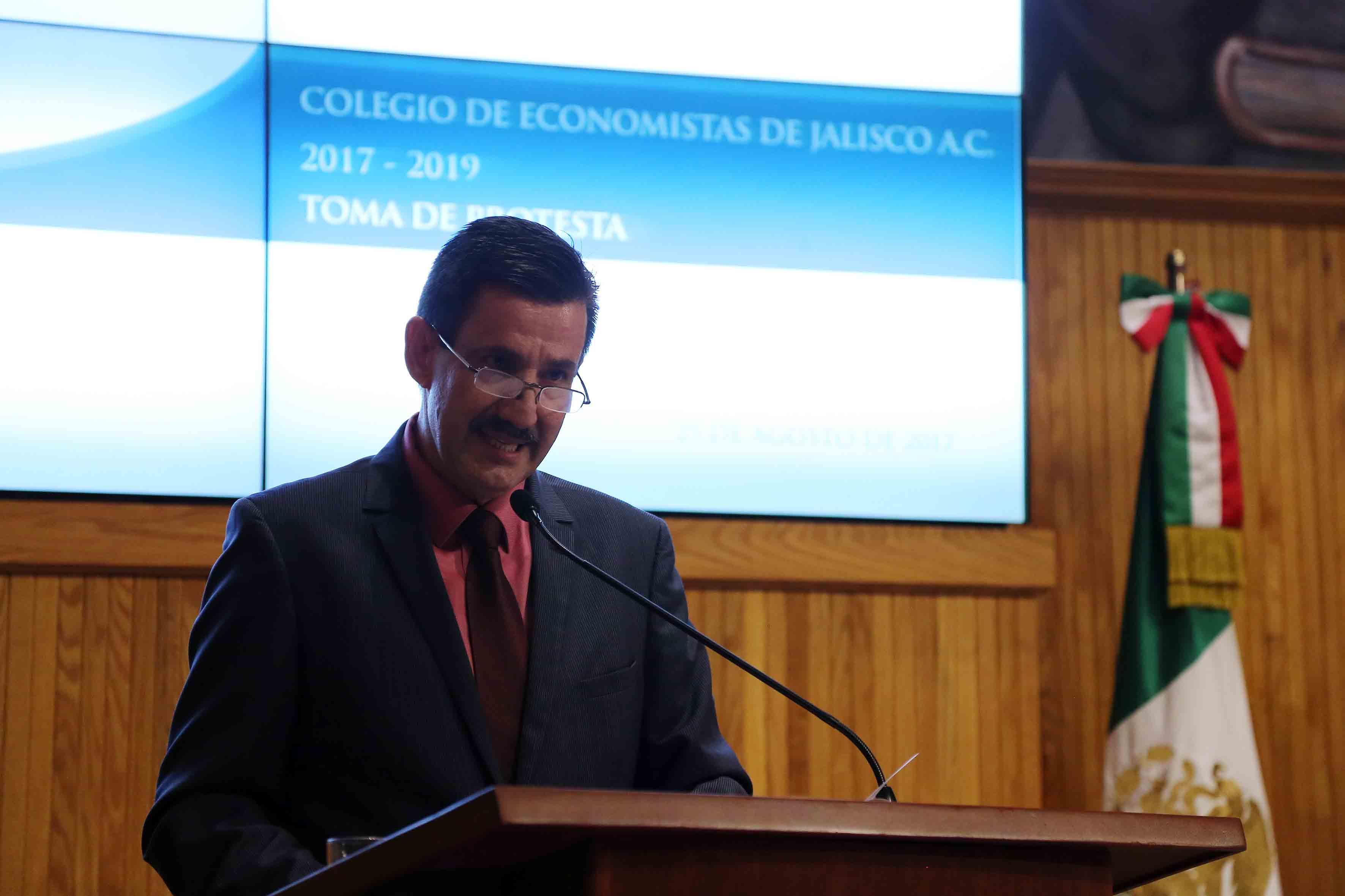 Nuevo presidente del Colegio de Economistas de Jalisco, maestro Alejandro Sierra Peón, haciendo uso de la palabra