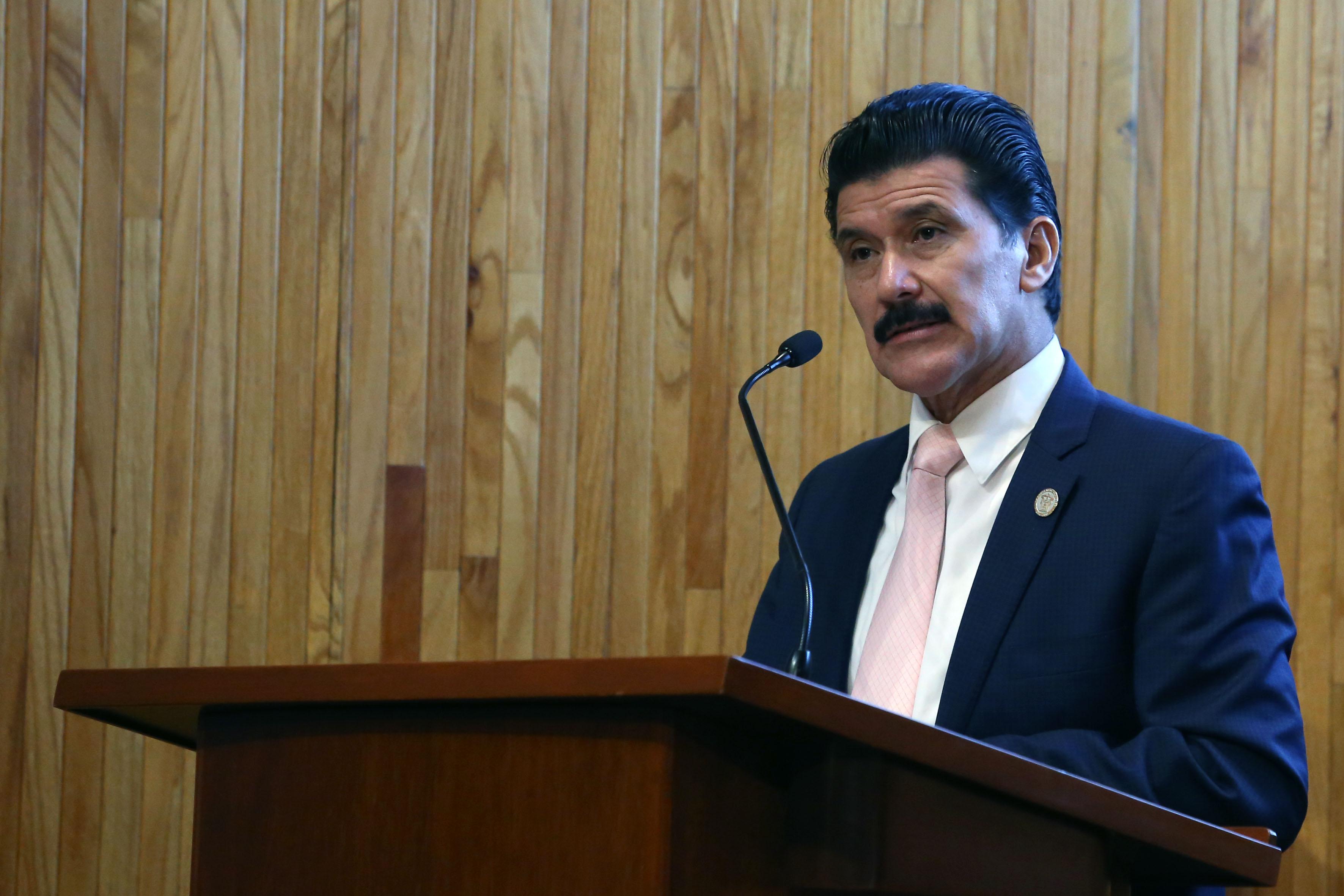 Rector de dicho centro universitario, maestro Ernesto Flores Gallo, haciendo uso de la palabra