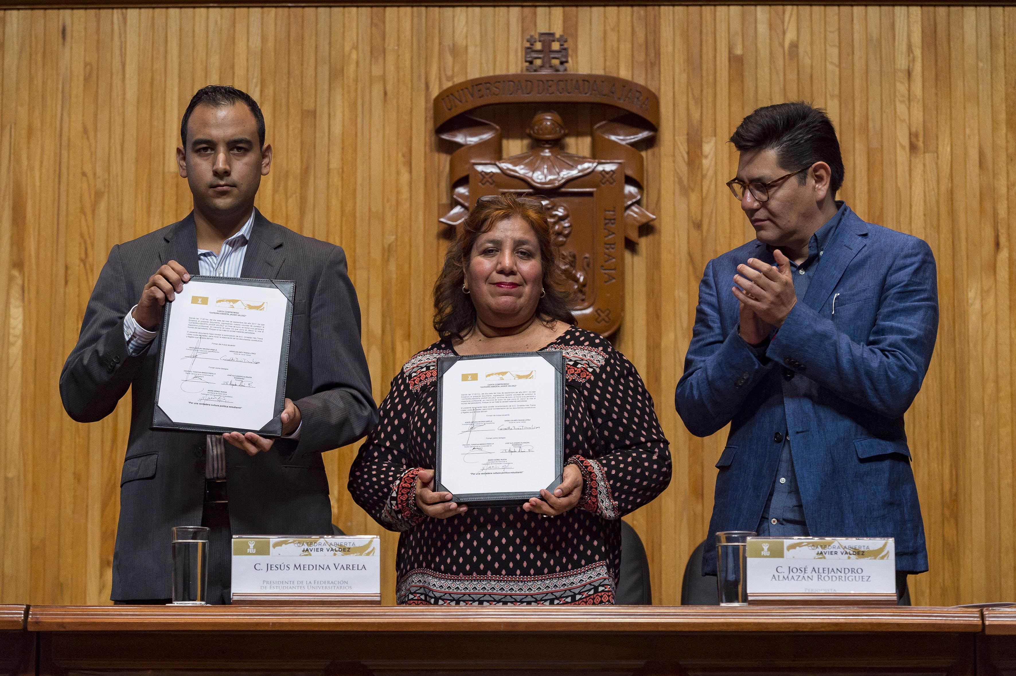 Griselda Inés Triana López, esposa de Valdez y el Presidente de la FEU Jesús Medina Varela mostrando la carta firmada