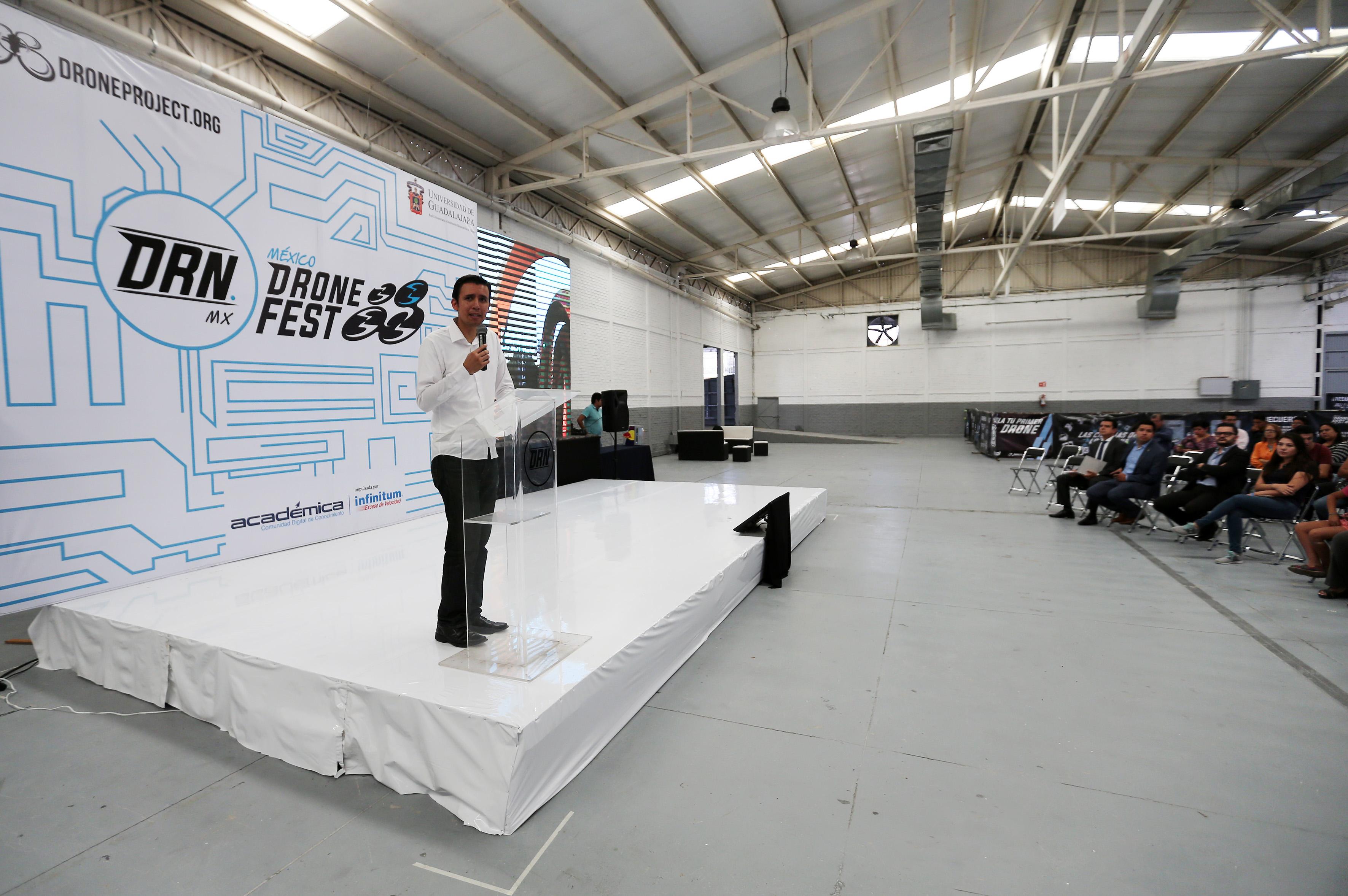 """Ponente haciendo uso de la palabra durante la inauguración del Tercer Festival de Drones """"DRN México Drone Fest 2017"""""""