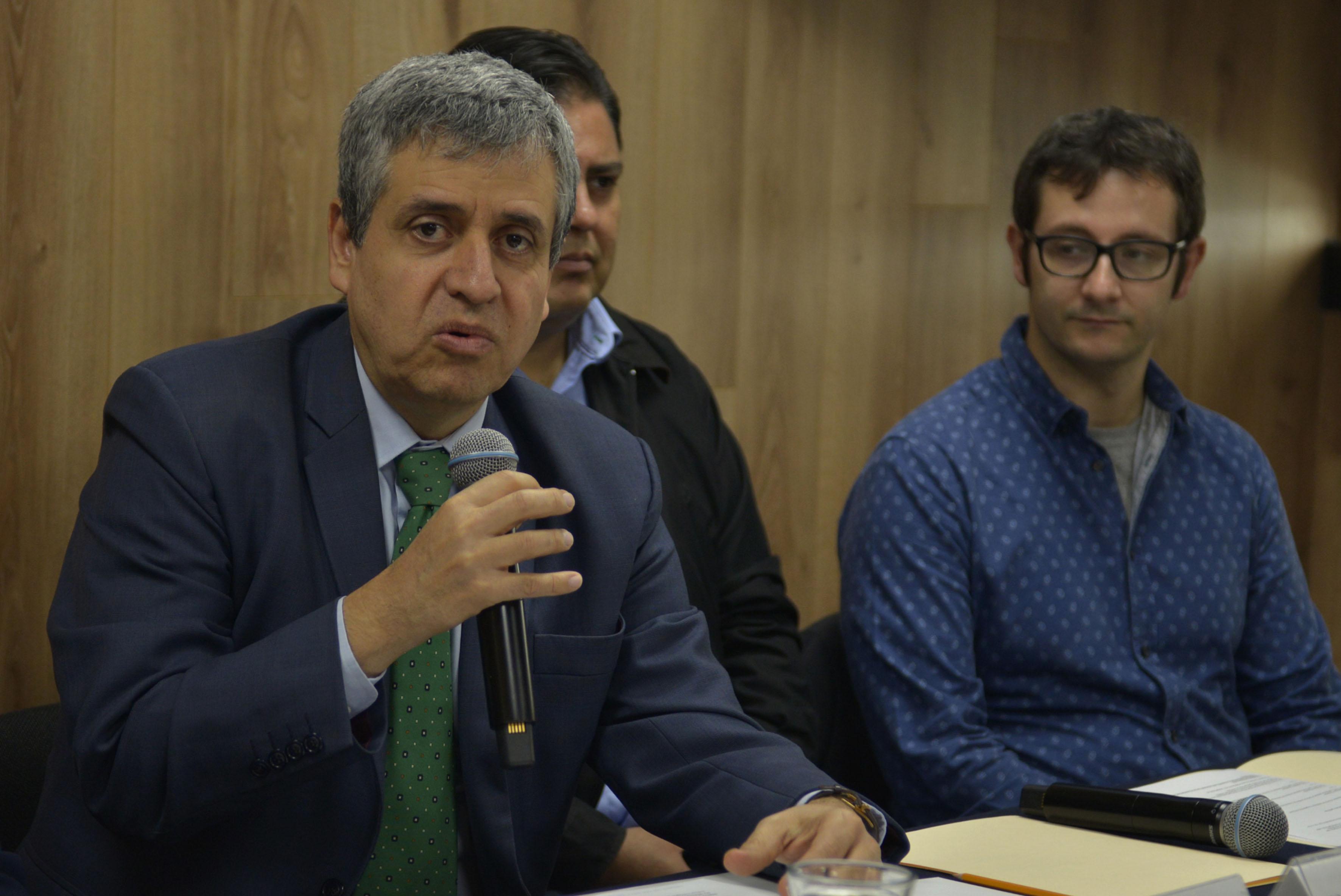 Doctor Héctor Raúl Solís Gadea, Rector del CUCSH, con micrófono en mano hacinedo uso de la palabra, durante rueda de prensa.