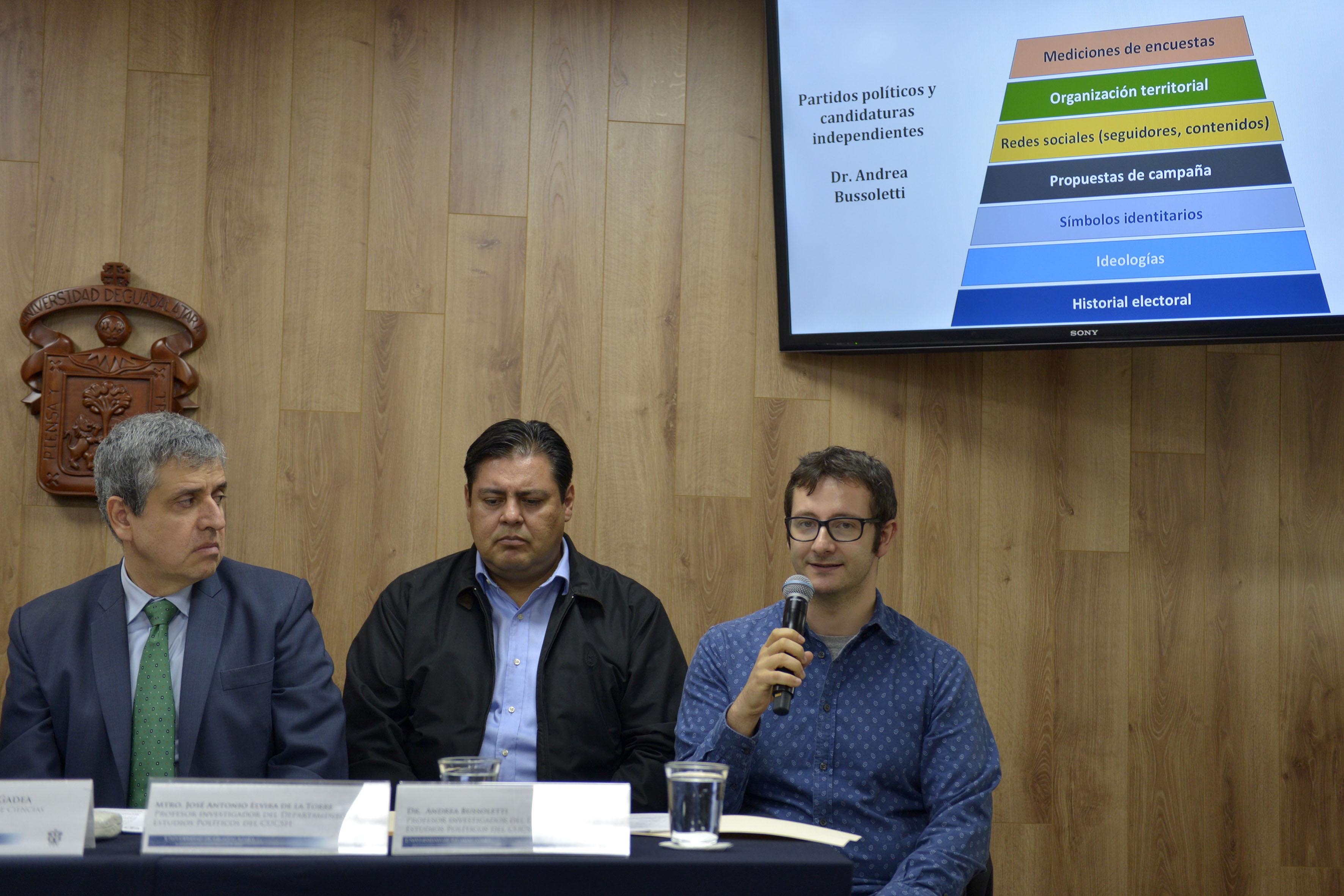 Doctor Andrea Bussoletti, profesor investigador del Departamento de Estudios Políticos del CUCSH, haciendo uso de la palabra durante rueda de prensa.