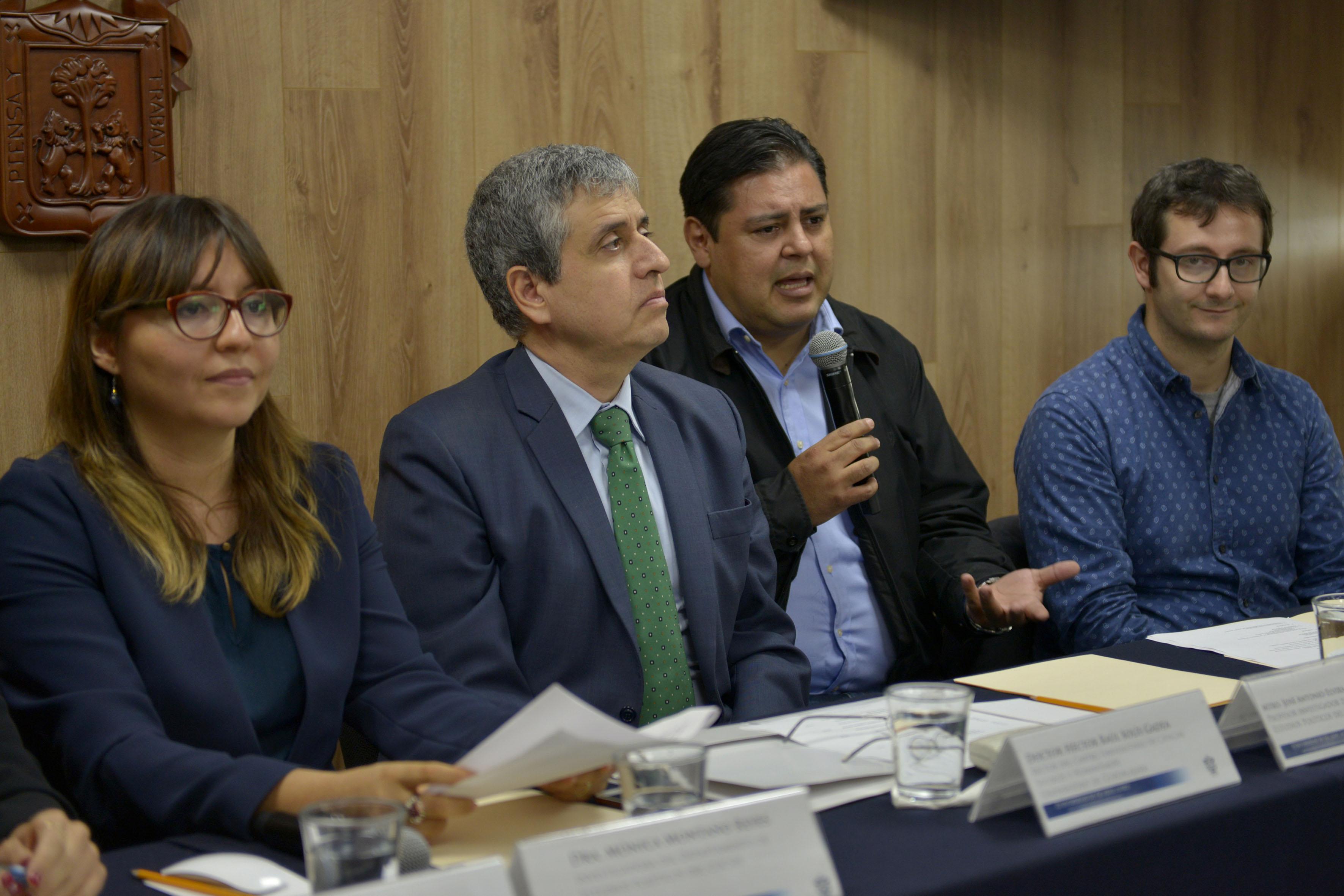 Mtro. José Antonio Reyes de la Torre, Profesor investigador del Departamento de Estudios Políticos del CUCSH, haciendo uso de la palabra durante rueda de prensa.