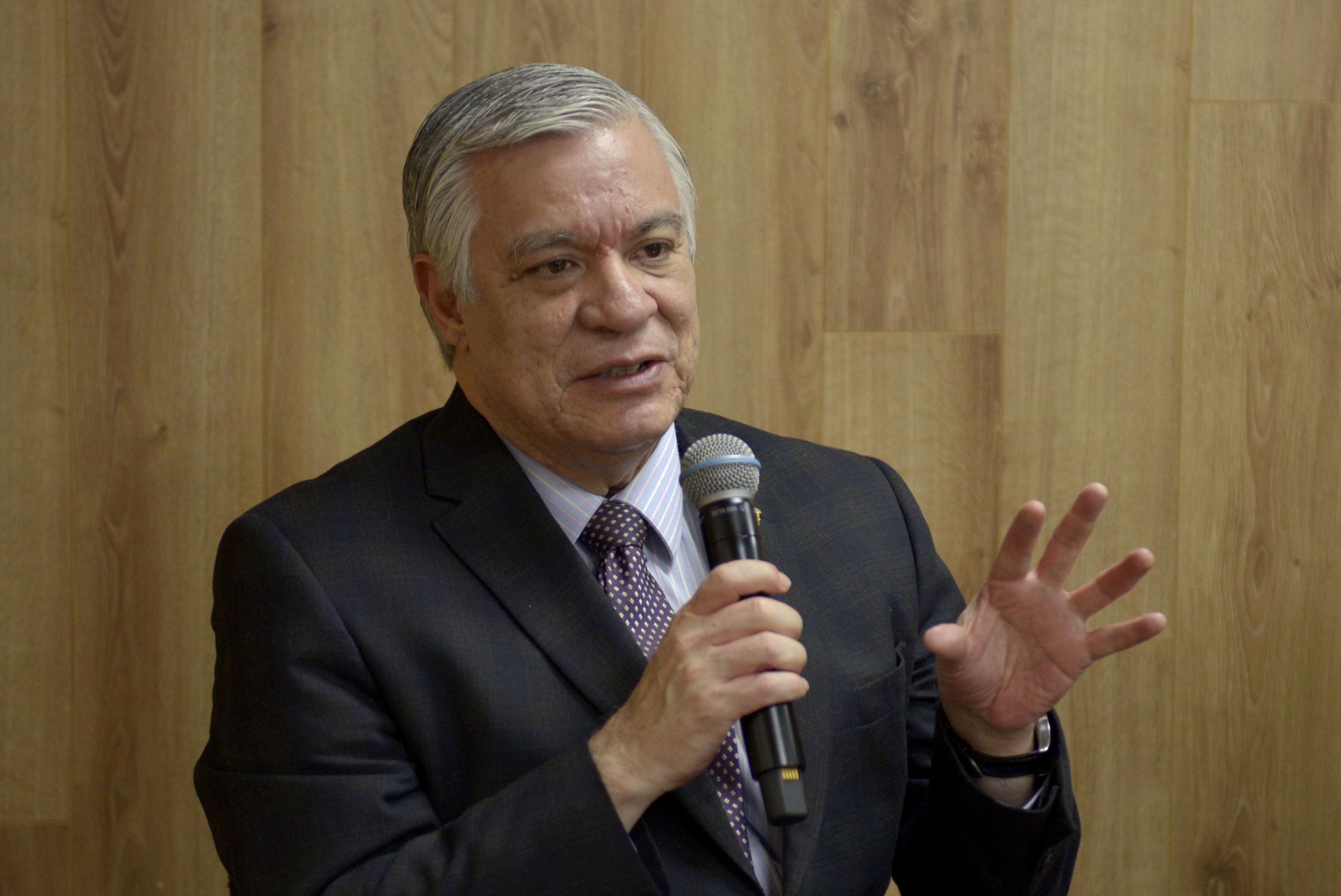 Doctor Armando Zacarías Castillo, jefe del Departamento de Estudios Políticos, con micrófono en mano haciendo uso de la palabra, durante rueda de prensa.