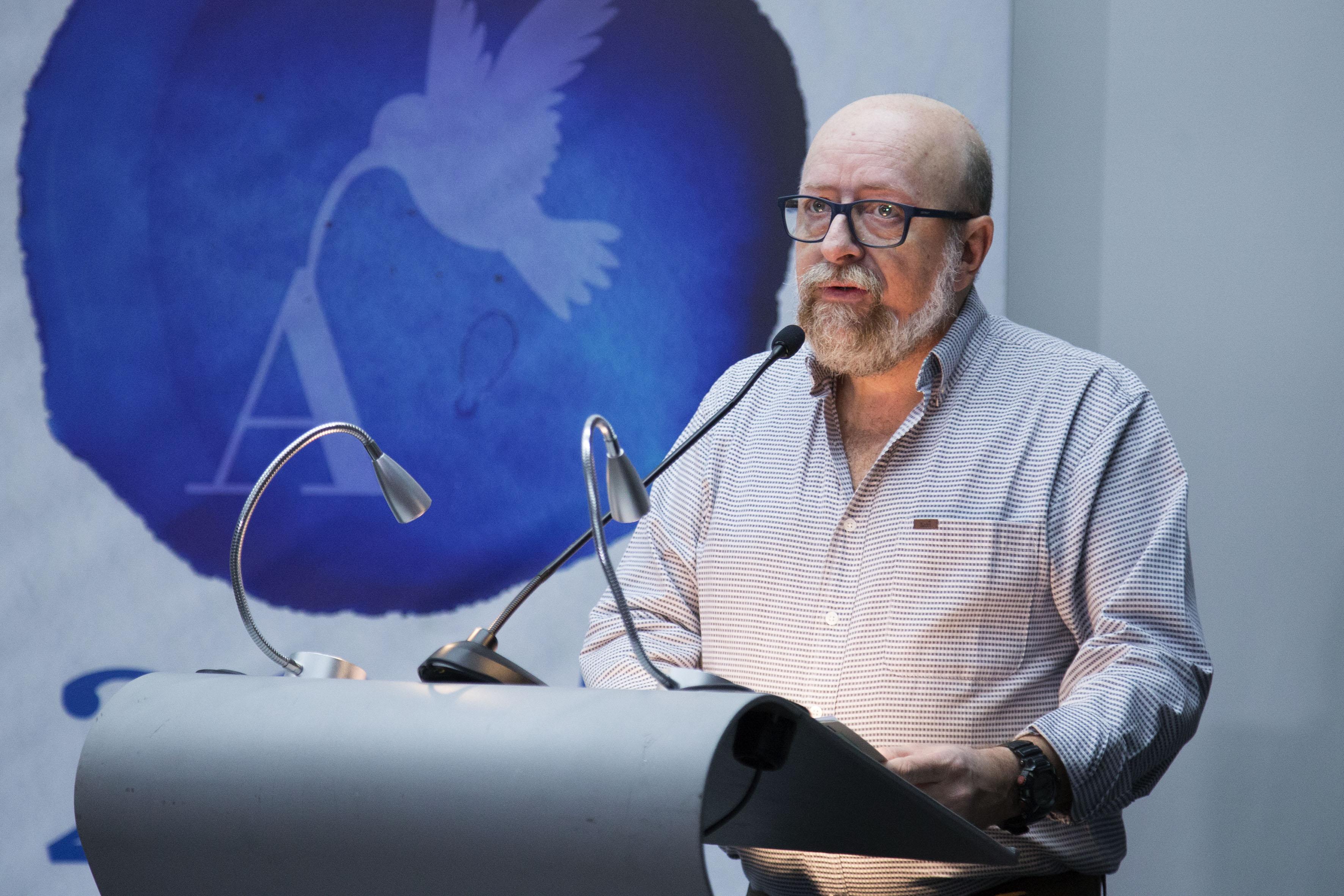 Joao Luís Ceccantini, presidente del jurado, haciendo uso de la palabra, durante rueda de prensa.