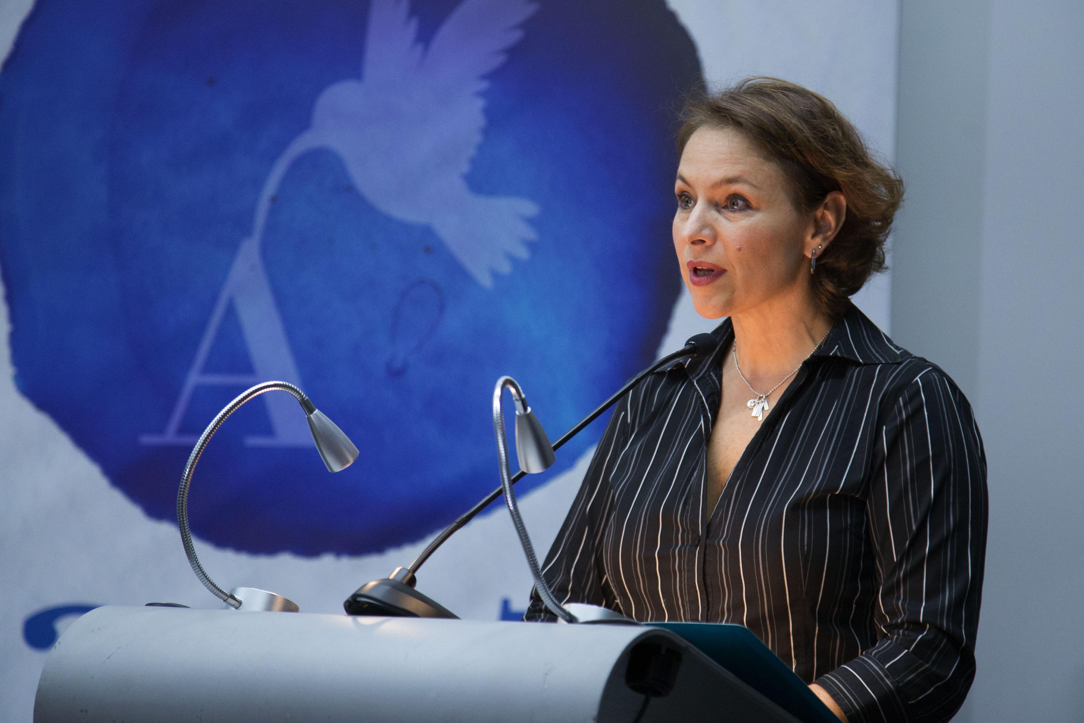 Miembro del jurado calificador, en podium del evento, haciendo uso de la palabra.