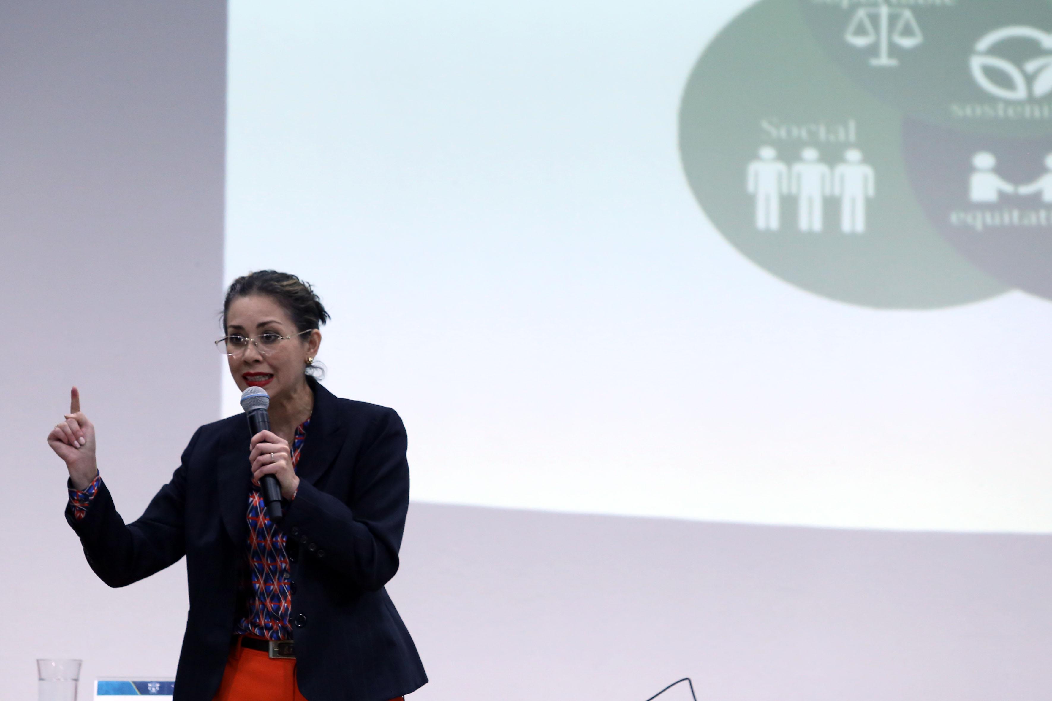 Doctora Carla D. Aceves Ávila, encargada del Programa Universidad Sustentable, exponiendo el trabajo que se realiza en la UdeG con miras a lograr la sustentabilidad.
