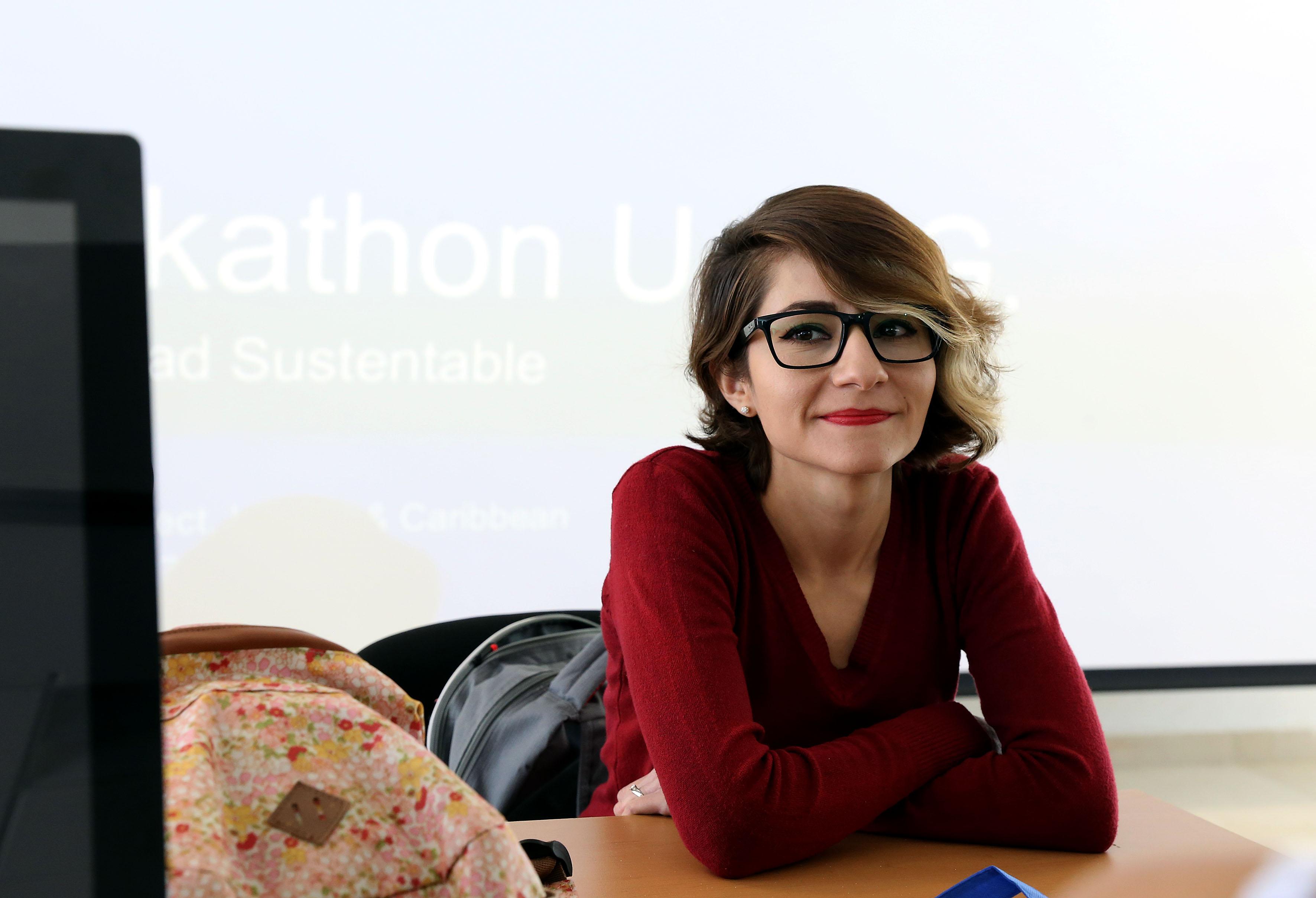 """Mujer participante en el """"Girls Hackathon UDG-CISCO 2017""""."""