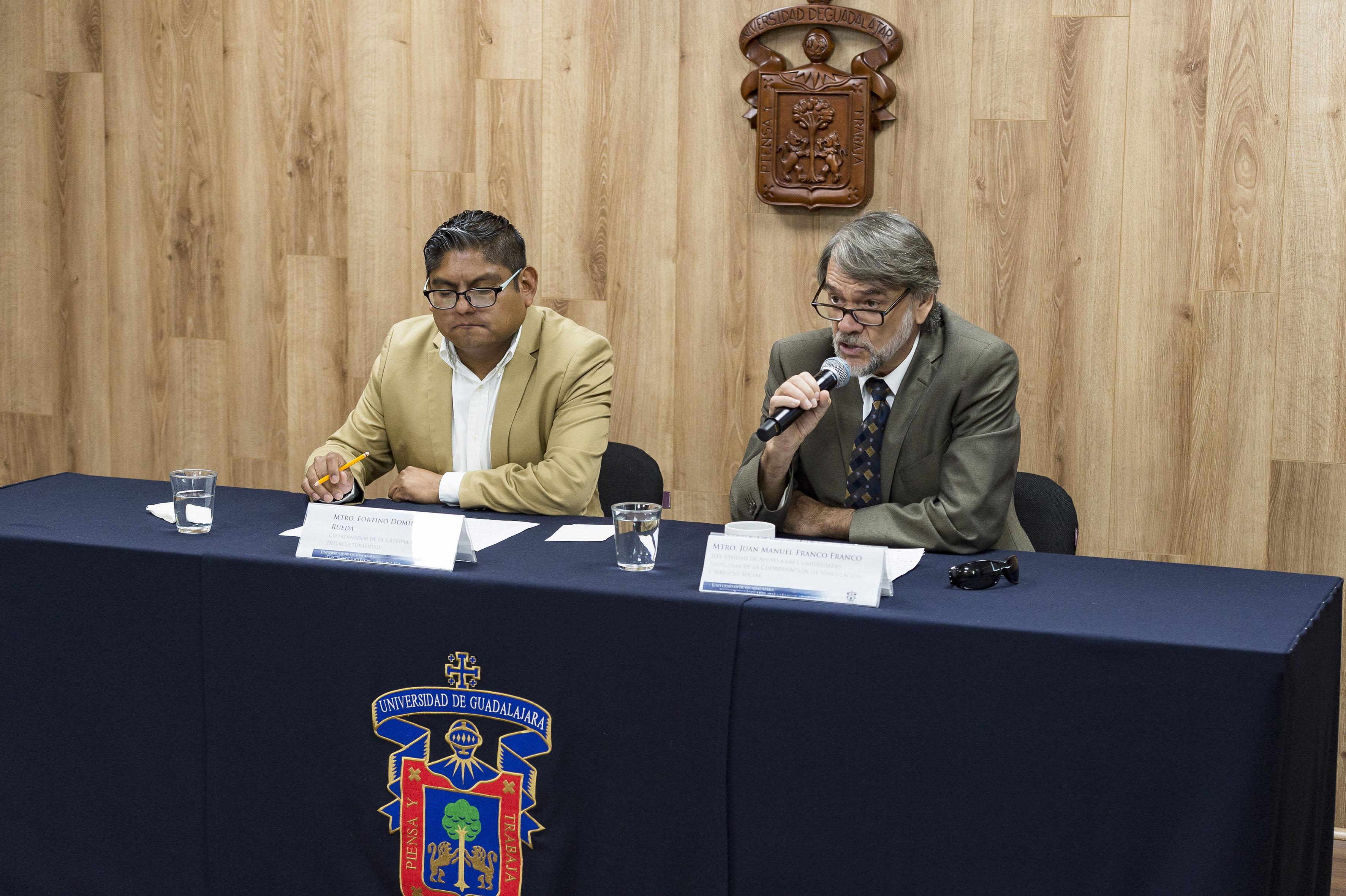 Jefe de la UACI, maestro Juan Manuel Franco Franco, participando en rueda de prensa haciendo uso de la palabra
