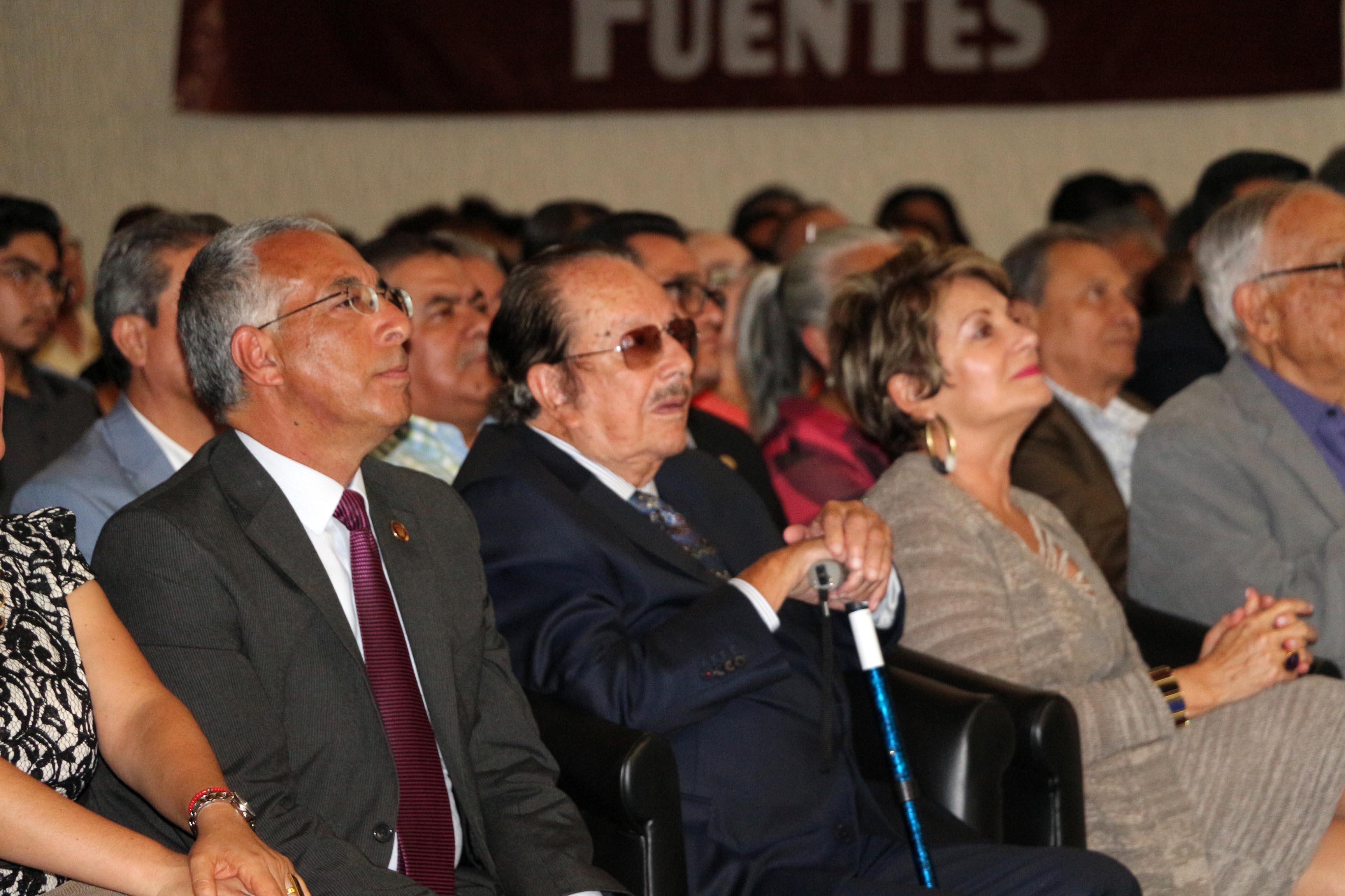 Homenajeado Don Rubén Fuentes, compositor, arreglista y músico zapotlense, con amigos y familiares en un evento.