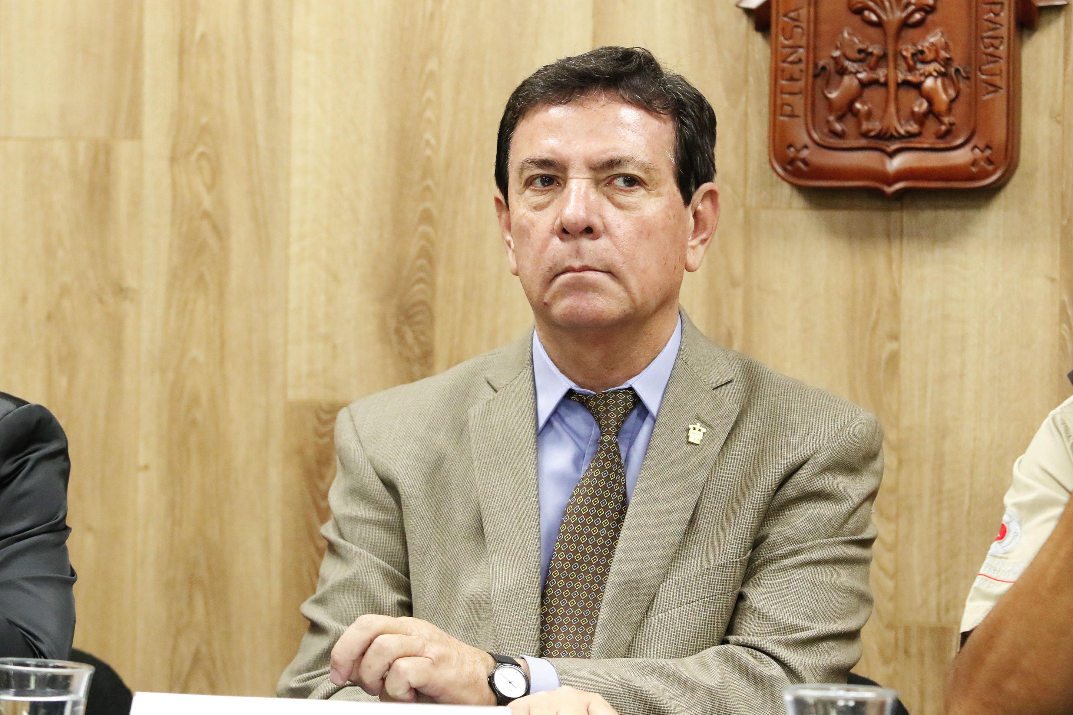 Dr. Humberto Palos Delgadillo secretario académico de CUSur participando en rueda de prensa