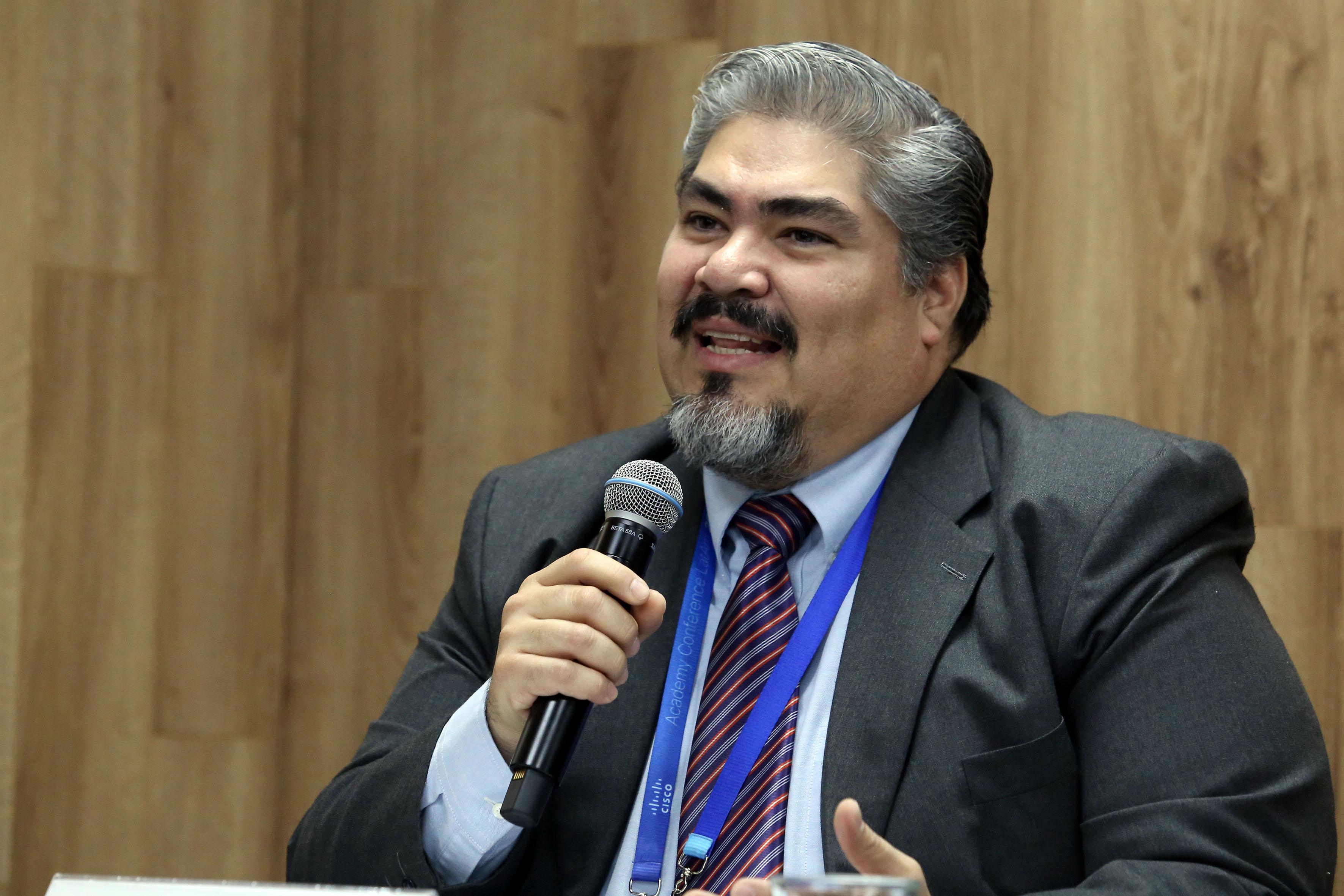 Ingeniero Alejandro Martínez Varela, coordinador del área de Diseño de la CGTI; con micrófono en mano, haciendo uso de la palabra, durante rueda de prensa.