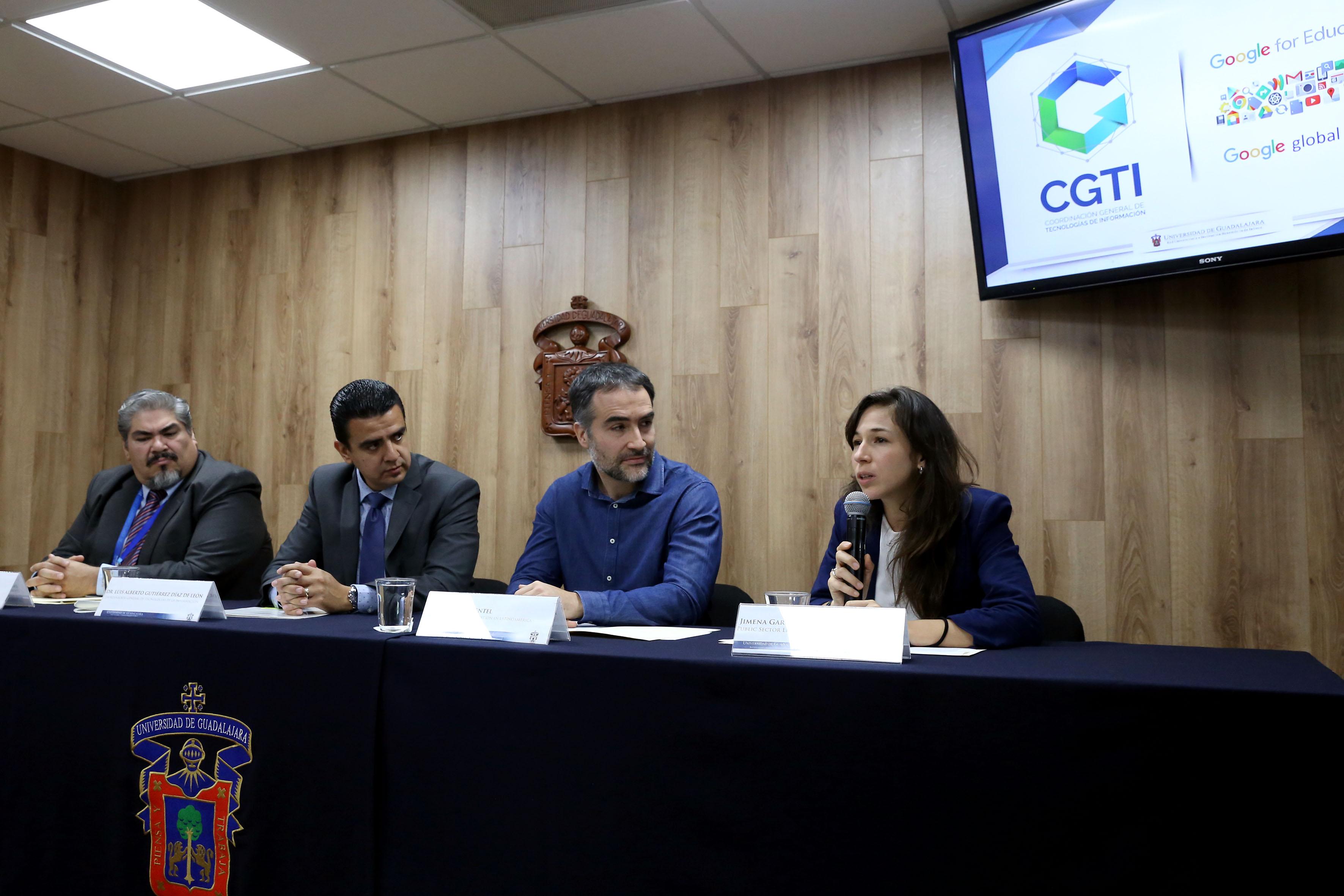 La especialista Jimena García, con micrófono en mano, haciendo uso de la palabra, durante rueda de prensa.