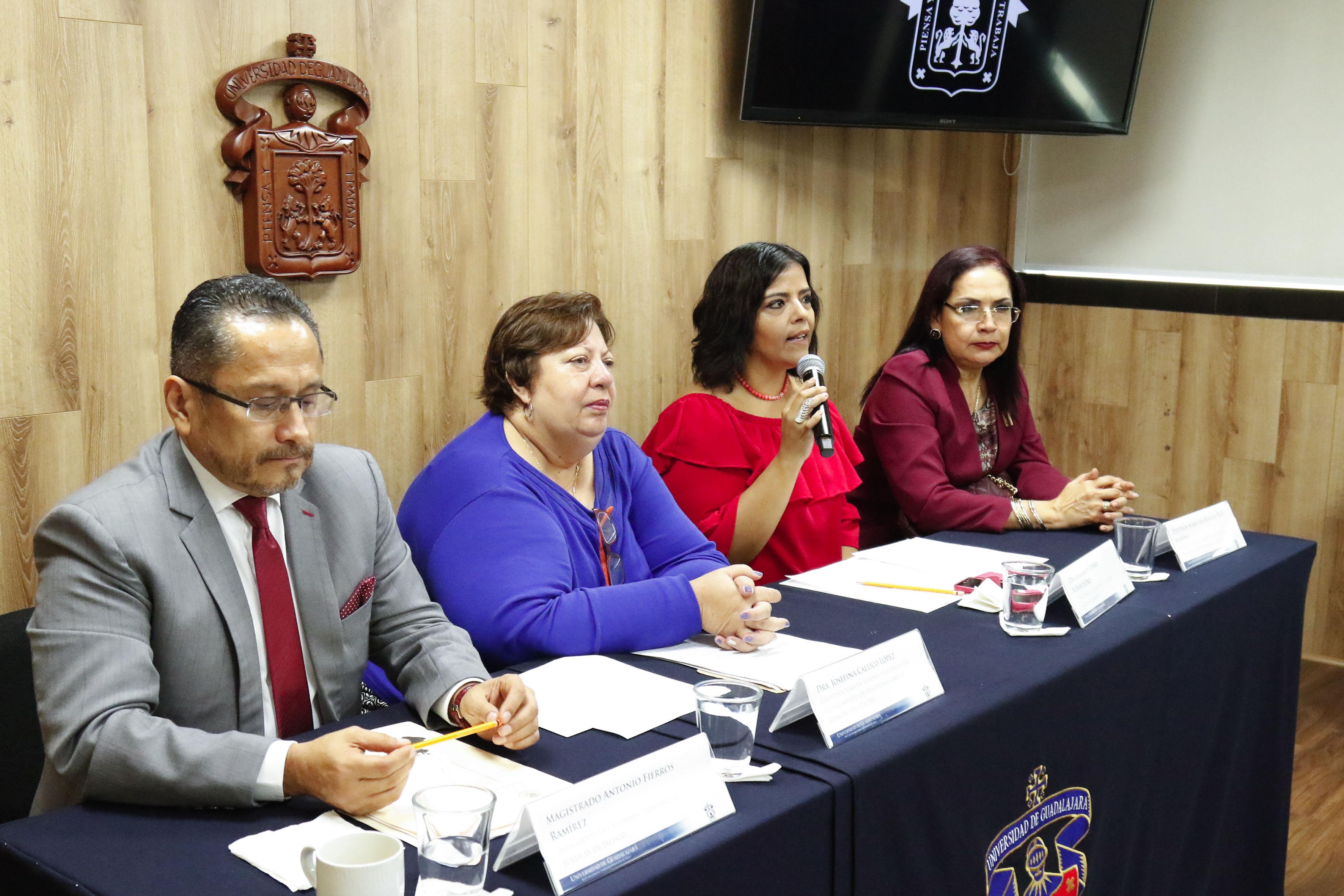 Dra Elizabeth Torres Buenrostro haciendo uso de la palabra