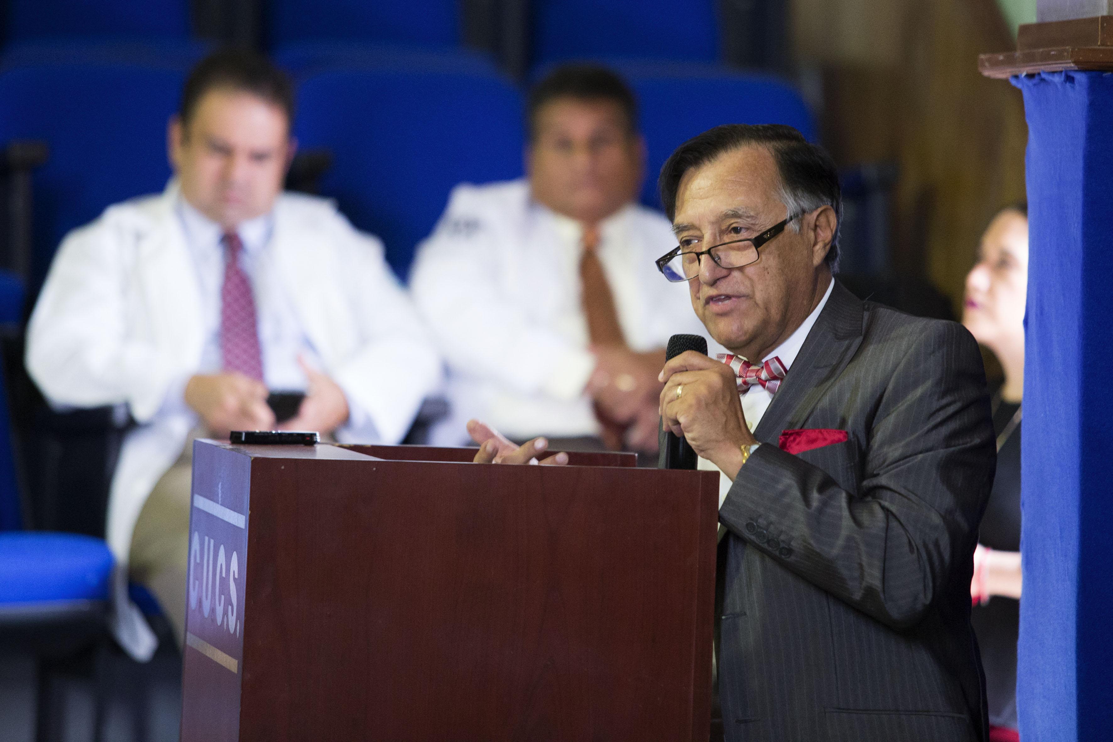 Ponente haciendo uso de la palabra durante la inauguración del Segundo Simposio Interinstitucional, con motivo del Día Mundial del Alzheimer, en la Antigua Escuela de Medicina.